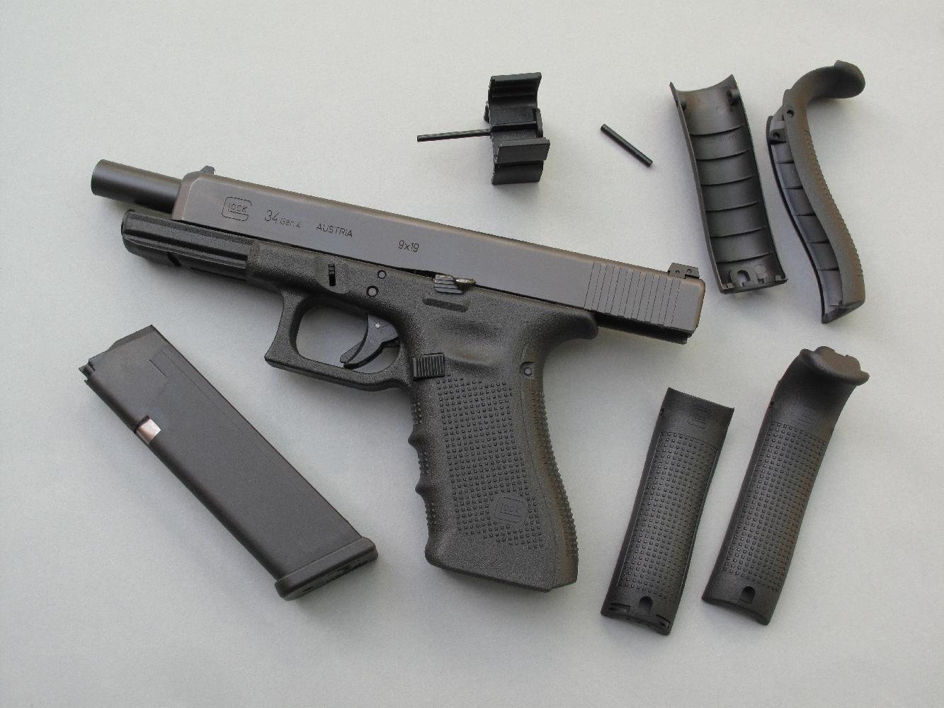 Le G34 est livré avec quatre dos, deux modèles « Medium » et deux « Large », afin de permettre à l'utilisateur de mieux adapter la prise en main de l'arme en fonction de sa morphologie. Les deux modèles proposés pour chaque taille diffèrent par la présence éventuelle d'une partie haute venant combler l'espace sous le busc. En l'absence de l'un ou l'autre de ces quatre dos amovibles et interchangeables, la poignée se trouve en configuration « Small ».