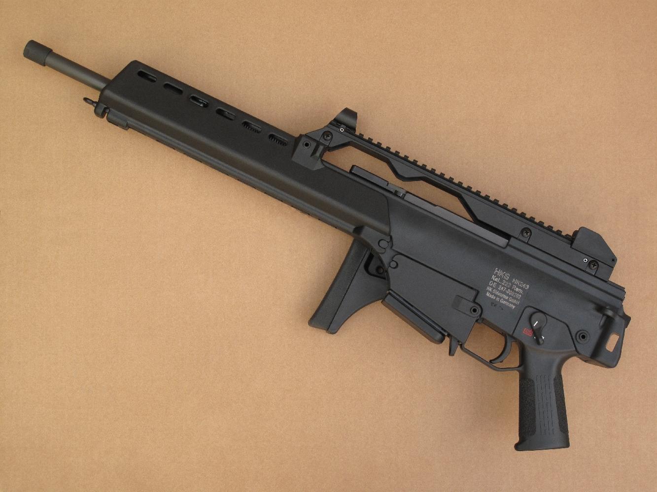 Le HK243 est peu encombrant, puisqu'il ne mesure pas plus de 67 cm lorsque sa crosse est repliée et il est léger, en raison de sa fabrication qui fait largement appel aux polymères.