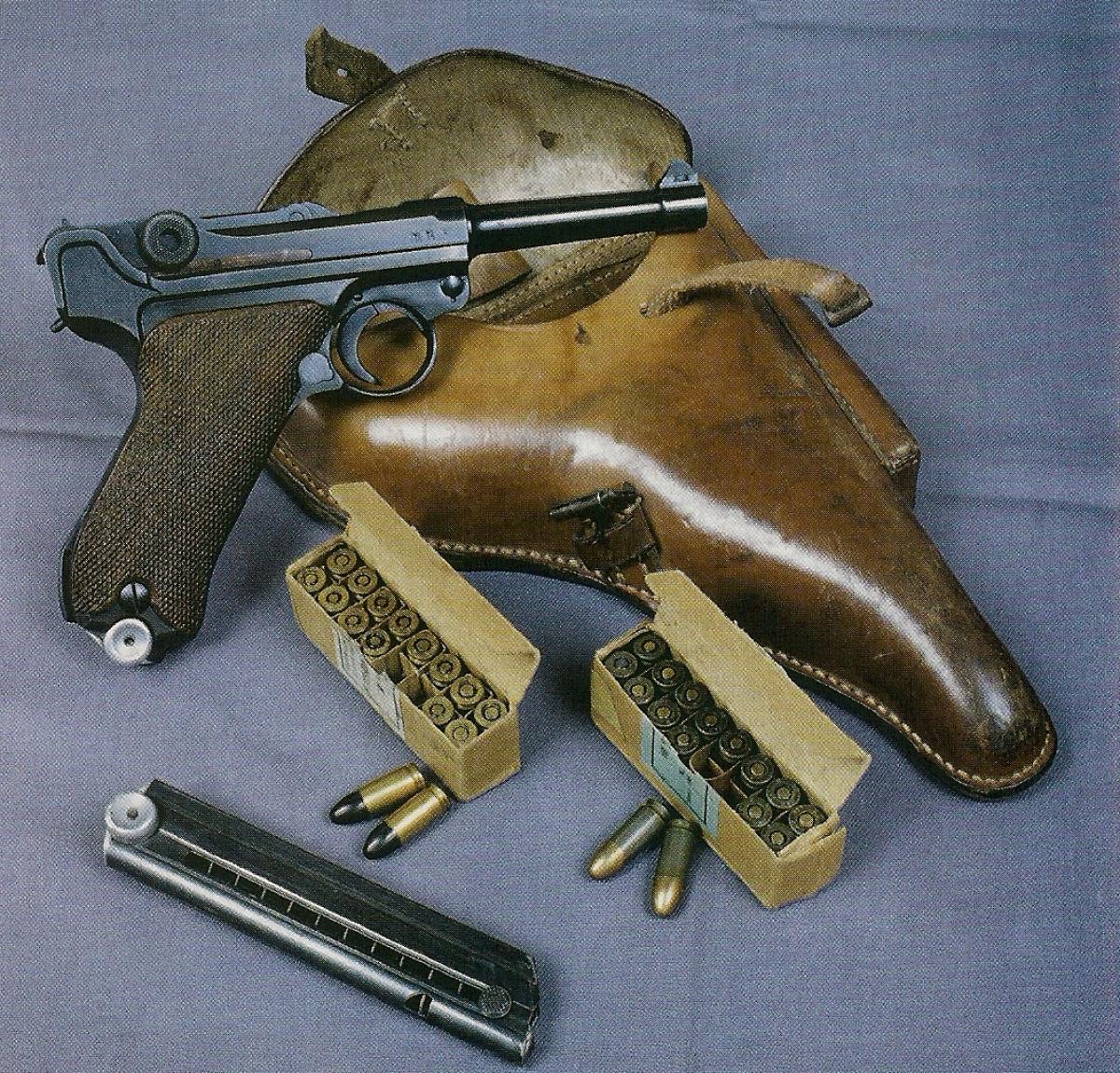 Modèle réglementaire allemand de la Seconde Guerre mondiale, ce P-08 fabriqué par Mauser en 1939 est accompagné par son holster en cuir et par deux boîtes de cartouches d'époque.