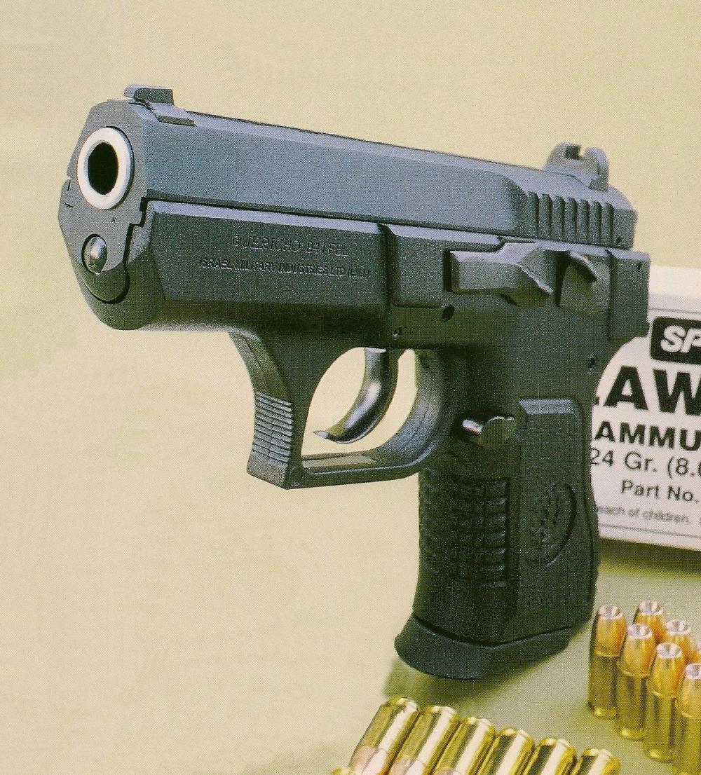 Le Jericho 941 FBL se présente comme un pistolet semi-automatique compact de calibre 9 mm Parabellum dont la capacité initiale de 14 coups est à comparer aux 5 ou 6 coups d'un revolver de taille équivalente.