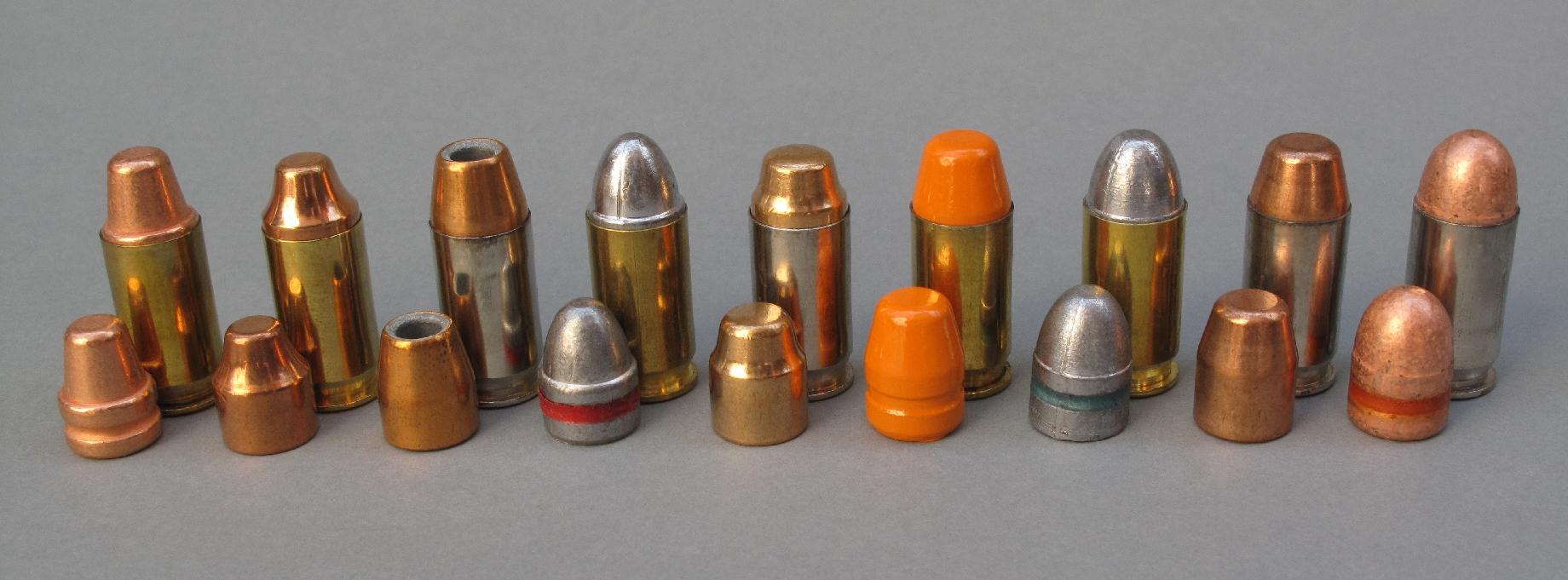 Quelques unes des cartouches que nous avons rechargées pour ce banc d'essai, accompagnées par leur projectile (de gauche à droite) : - MPF 185 grains SWC-TML cuivrée ; - IMI 185 grains SWC blindée ; - Sierra 185 grains ACP Hollow Cavity ; - MPF 200 grains Lead RN ; - Fiocchi 200 grains SWC blindée ; - Ares 225 grains peinture époxy ; - Balleurope 230 grains Lead RN ; - Hornady 230 grains FMJ-FN ; - MPF 234 grains RN cuivrée graissée.