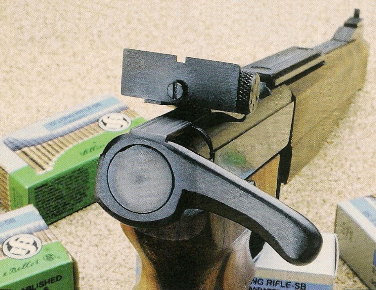 La hausse du modèle 97 Silhouette se voit dotée d'une visière ultra-large, idéale pour le tir de précision à longue distance et sa culasse reçoit un levier pour en faciliter le maniement.