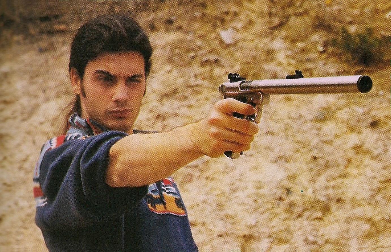 Malgré la longueur de son canon, le pistolet silencieux conserve un poids acceptable pour une éventuelle utilisation à bras franc.