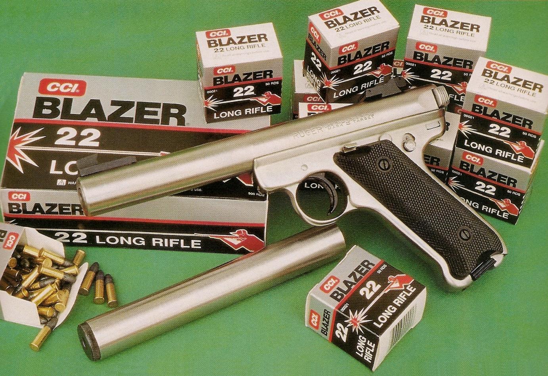 Le pistolet Ruger « silencieux » se présente sous forme d'un kit modulaire, le modérateur de son complémentaire pouvant être monté et démonté en un instant au gré de l'utilisateur. Il est accompagné des munitions CCI Blazer que nous avons utilisées pour les essais.