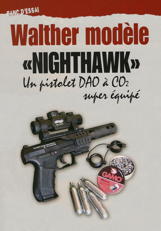 Le Walther « Nighthawk » à CO2 est livré équipé d'un montage à quatre rails Picatinny, d'un viseur à point lumineux et d'un frein de bouche ayant l'apparence d'un silencieux.