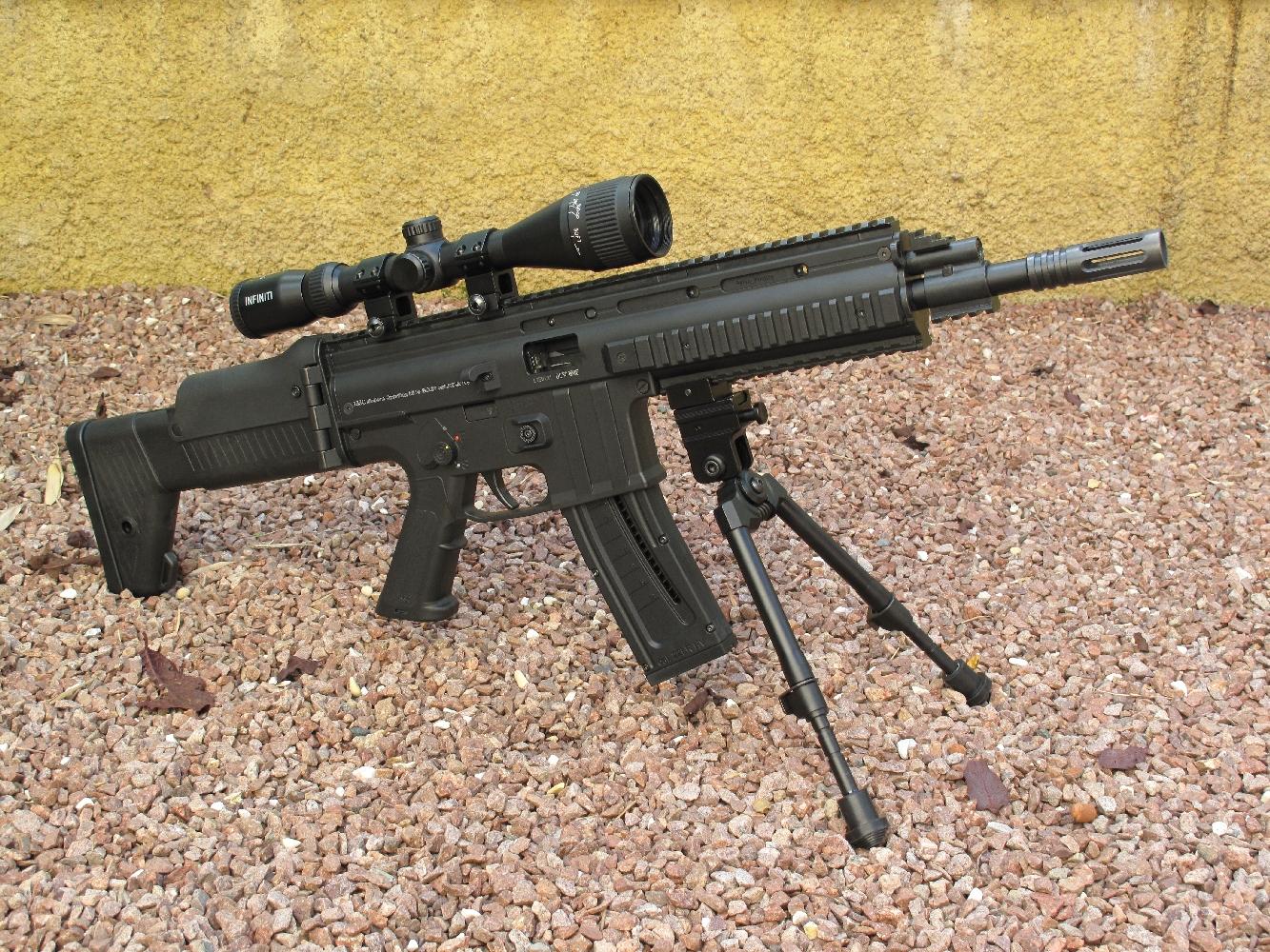 Afin d'effectuer nos tests de précision dans les meilleures conditions possibles, nous avons profité des nombreux rails Picatinny dont cette arme est dotée pour lui adjoindre une lunette Infinity 3-9 x 40 et un bipied tactique Swiss Arms.