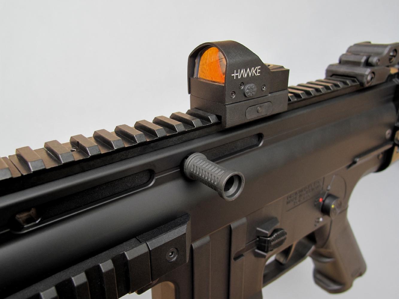 Nous avons également utilisé un viseur Point rouge compact Hawke Reflex Dot, qui se révèle idéal pour effectuer des tirs récréatifs de type Plinking. Il procure une appréciable polyvalence précision/rapidité et peut être utilisé sans qu'il soit nécessaire de déposer les excellents éléments de visée mécaniques dont cette carabine est équipée d'origine.
