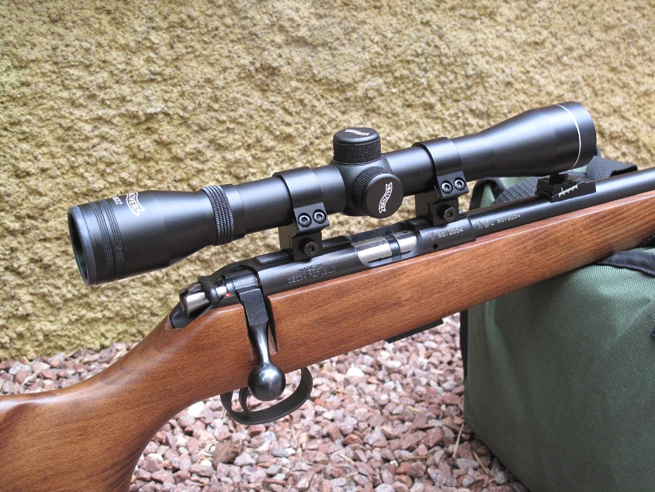 Tout en restant extrêmement raisonnable sur le plan financier, l'installation de cette lunette Walther à grossissement fixe de 4 fois constitue un choix très satisfaisant pour effectuer des tirs de précision à la distance de 50 mètres.