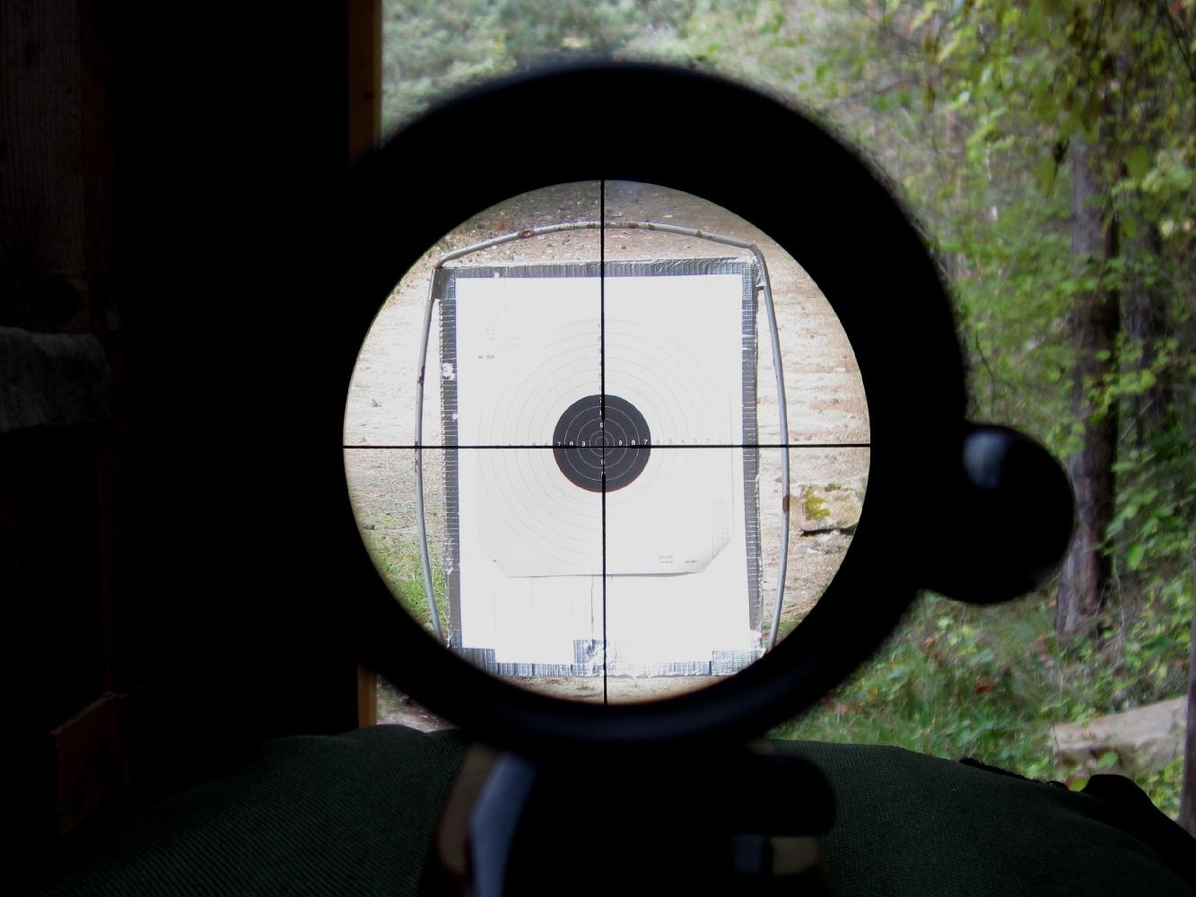 La distance d'observation optimale, ou distance oculaire, est facile à déterminer du fait qu'elle permet d'observer dans la lunette l'intégralité de l'image.