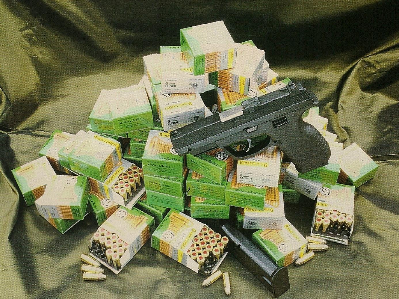 Le pistolet tchèque CZ 100 nous a été remis par l'importateur accompagné de 2000 cartouches Sellier & Bellot destinées à effectuer des essais intensifs.