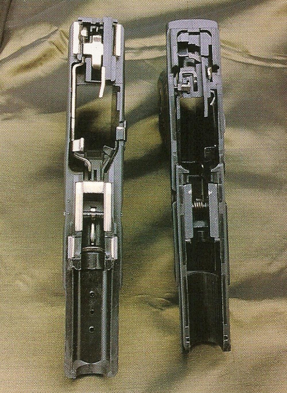 Cette comparaison entre la carcasse du Glock 19 (à gauche) et celle du CZ 100 laissent apparaître des analogies, mais on remarque que les rails du CZ sont totalement dépourvus d'inserts métalliques.
