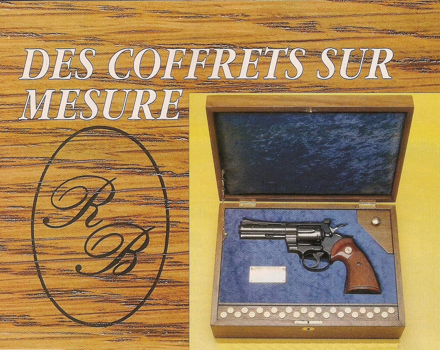 Coffret en noyer garni de velours bleu pour un revolver Colt Python à canon de 4 pouces. Il est doté d'une réserve pouvant recevoir 18 cartouches calibre .357 Magnum et d'un petit compartiment pour l'outil de réglage des éléments de visée. A gauche figure le petit cachet qui constitue la signature de l'artisan.