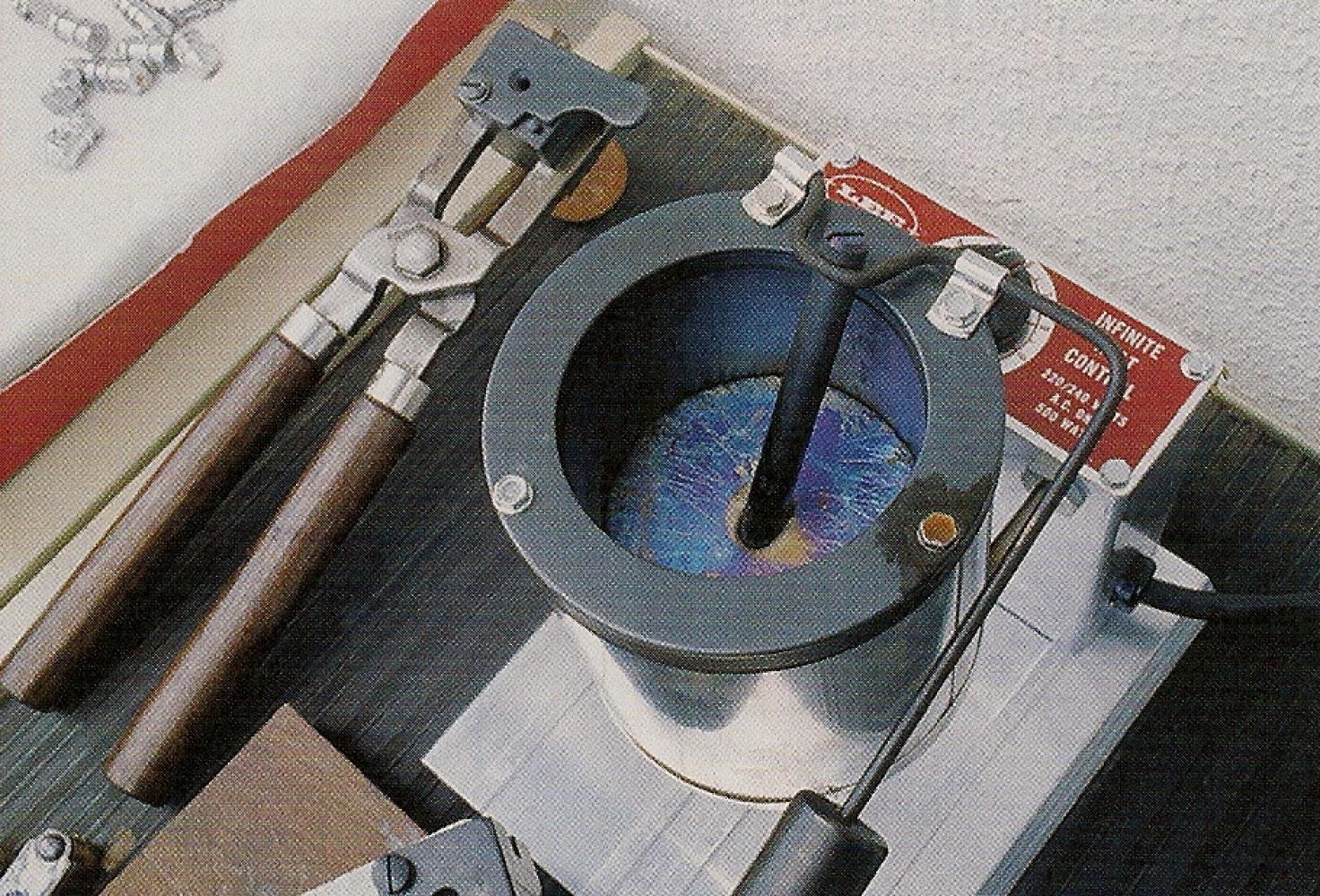 En chauffant, le plomb prend une couleur irisée au contact de l'air et s'oxyde. Les impuretés et les scories montent en surface et ne perturbent pas la coulée, le plomb étant prélevé au fond du creuset.