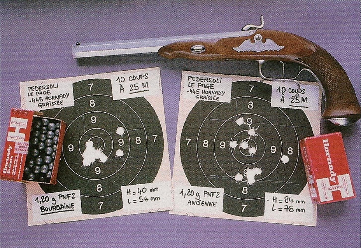 Groupements comparatifs réalisés avec une balle sphérique Hornady .445 sans calepin propulsée par des charges de 1,20 g de PNF2 ancienne et nouvelle production qualité « Bourdaine » (cible de gauche).