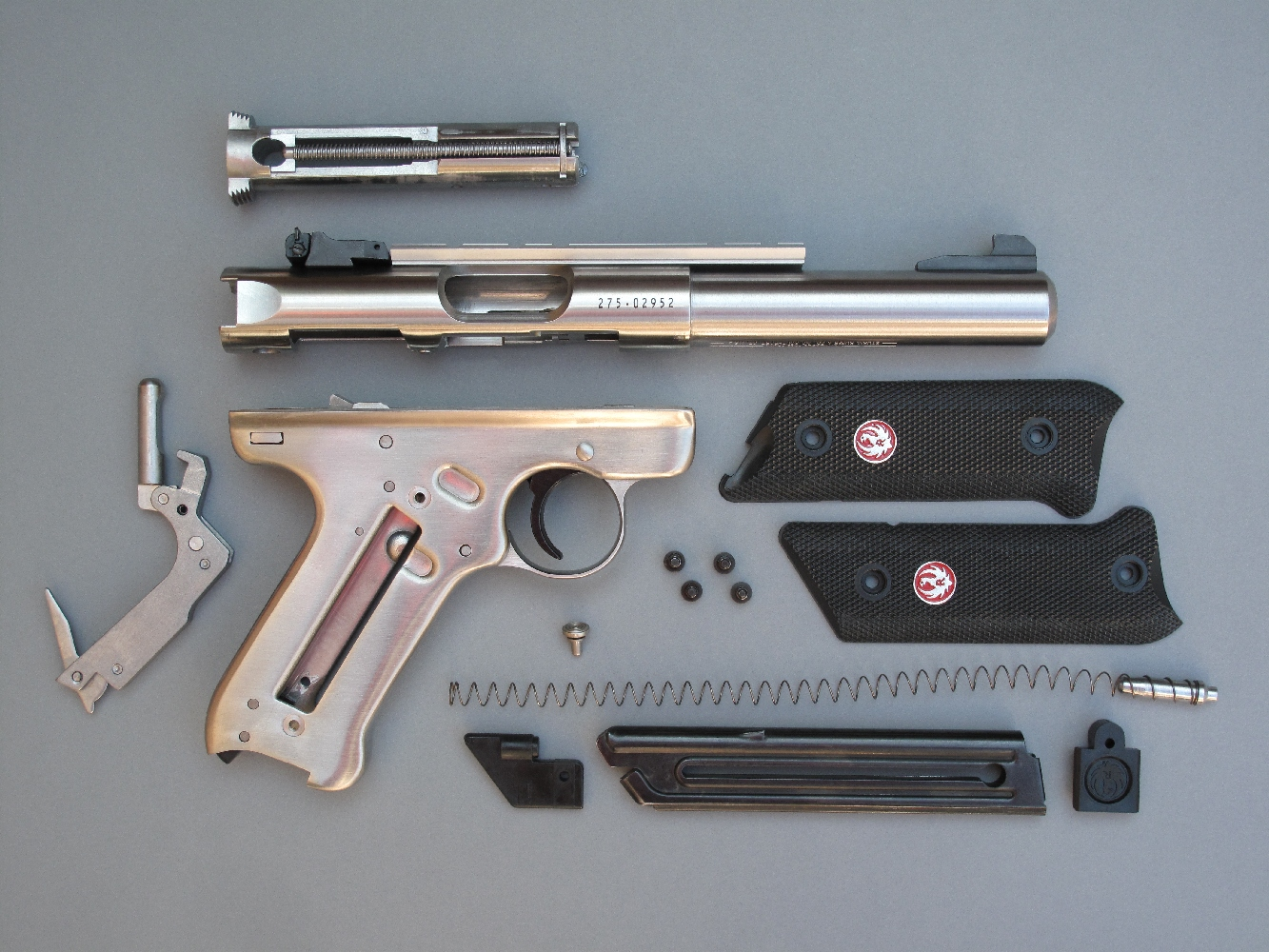 En théorie, le démontage sommaire de ce pistolet est simple. En pratique, la moindre erreur dans le séquencement des manipulations pose problème et, sur une arme neuve, les ajustages serrés rendent cette opération difficilement réalisable sans l'aide d'outil.