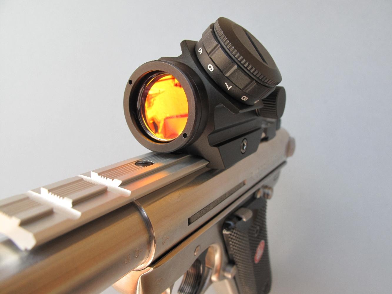 Afin d'effectuer nos tests de précision dans les meilleures conditions possibles, nous avons équipé notre pistolet de test du viseur à point rouge compact modèle « Mini Dot Sight » réalisé par la firme helvétique Swiss Arms.