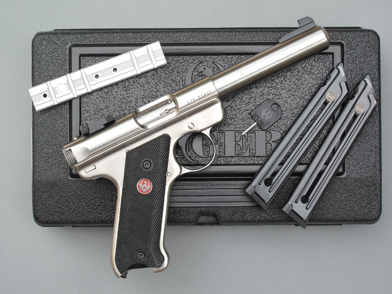 Ce pistolet semi-automatique est livré dans un coffret en plastique moulé, accompagné par deux chargeurs de dix coups, un rail Weaver pour la fixation éventuelle d'une visée optique et une clé pour activer la sécurité anti-tiers dont il est doté.
