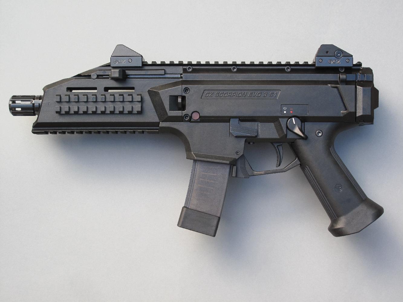 Cette carabine tactique se révèle remarquablement compacte dans sa configuration pistolet, une fois sa crosse repliée et son chargeur de vingt coups engagé.