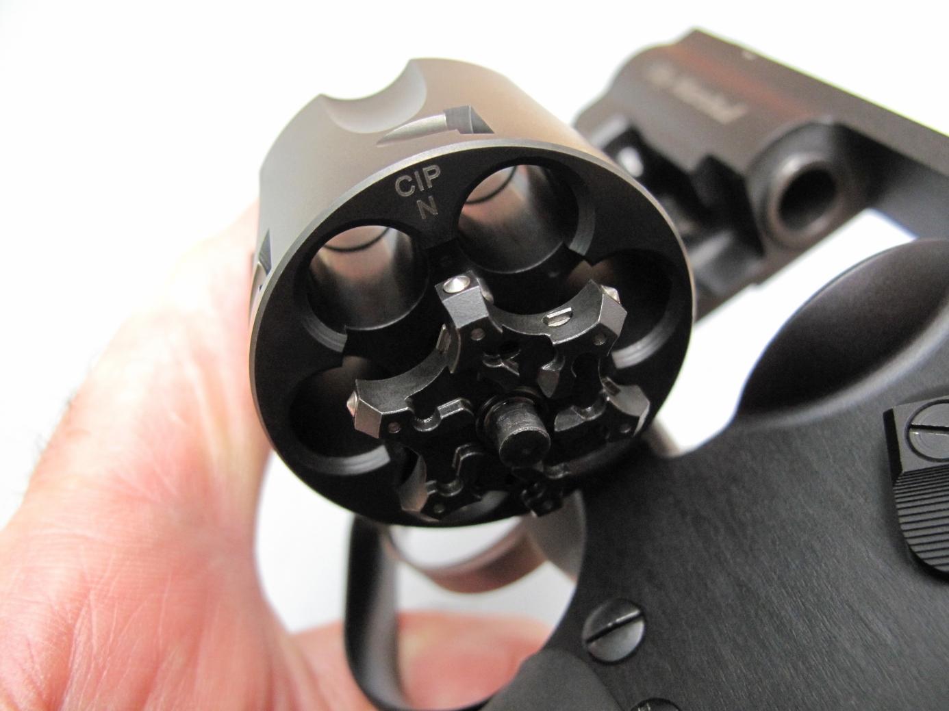 Les ergots qui permettent d'agripper la gorge des cartouches de calibre 9 mm Parabellum font automatiquement saillie dès que l'étoile de l'extracteur collectif sort de son logement.