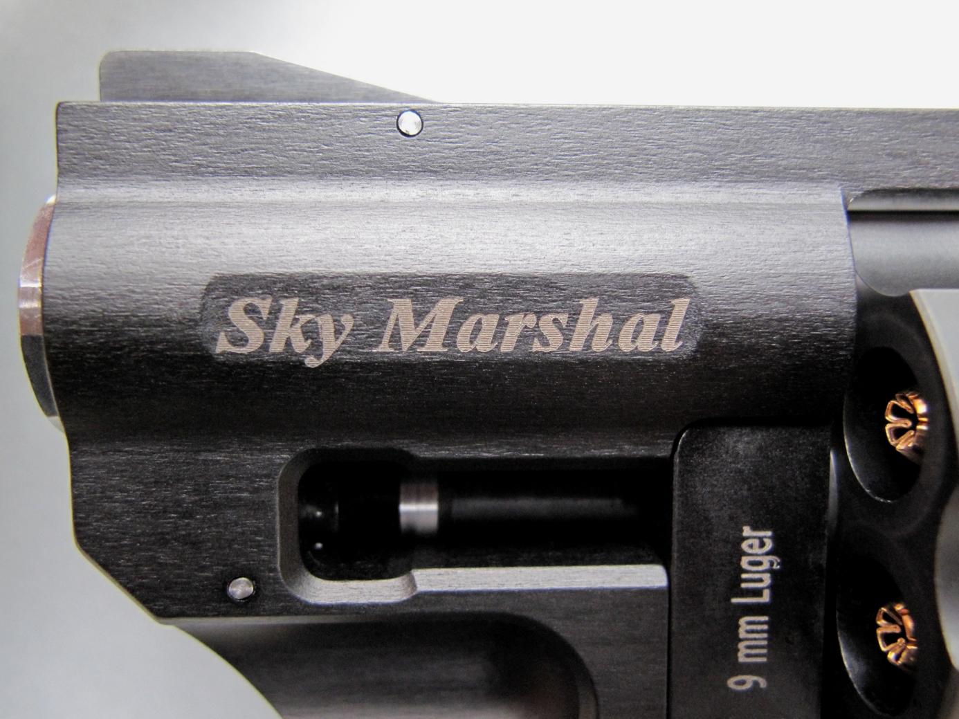 Le nom du modèle est inscrit sur un méplat usiné sur le côté gauche du manchon en aluminium, dans lequel est vissé le canon en acier inoxydable.