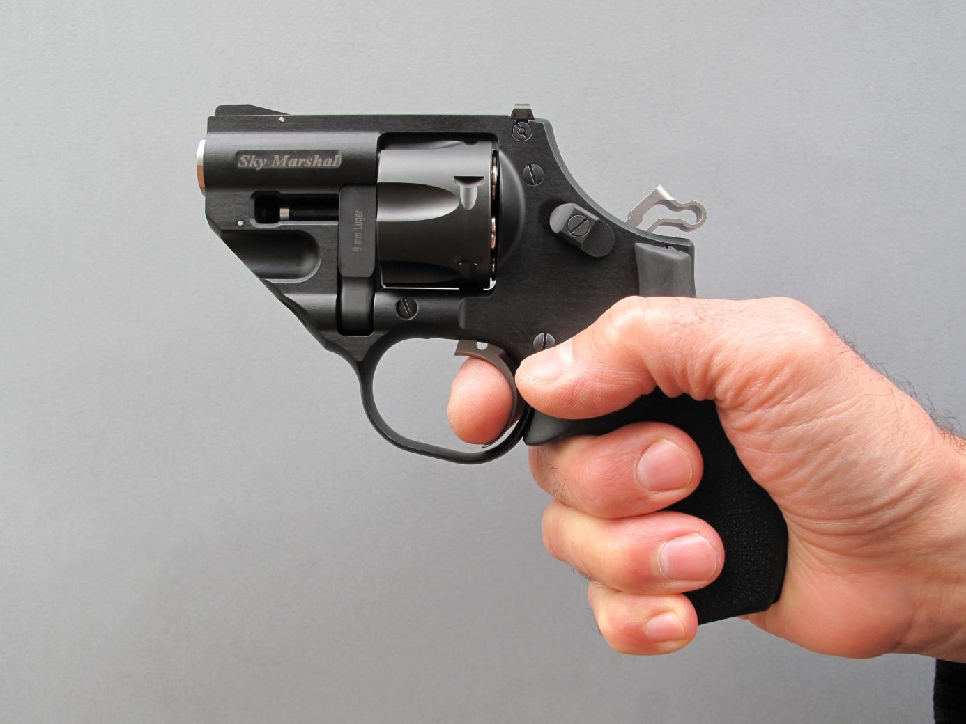 La poignée monogrip Hogue moulée en néoprène dont ce revolver est équipé procure une excellente prise en main et bénéficie des qualités naturellement antidérapantes du matériau qui la compose.