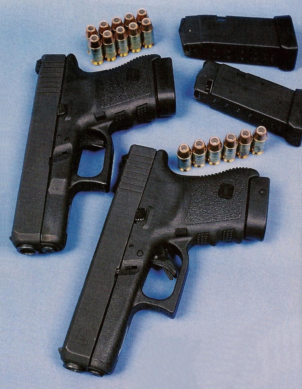 Au prix d'une capacité de chargeur réduite à 6 coups, le Glock 36 (en avant-plan), dont l'épaisseur a été réduite par rapport au modèle 30 (en arrière-plan), présente des dimensions quasiment équivalentes à celles du Glock 19, le modèle compact en calibre 9 mm Parabellum.