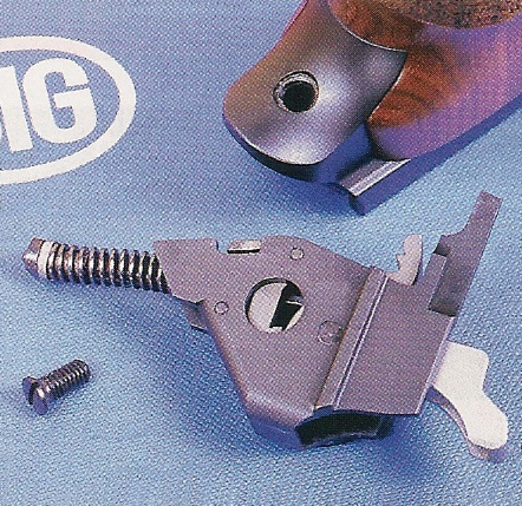 Le mécanisme de percussion (chien, ressort, gâchette) ainsi que l'éjecteur sont regroupés dans un boîtier amovible maintenu par une vis.