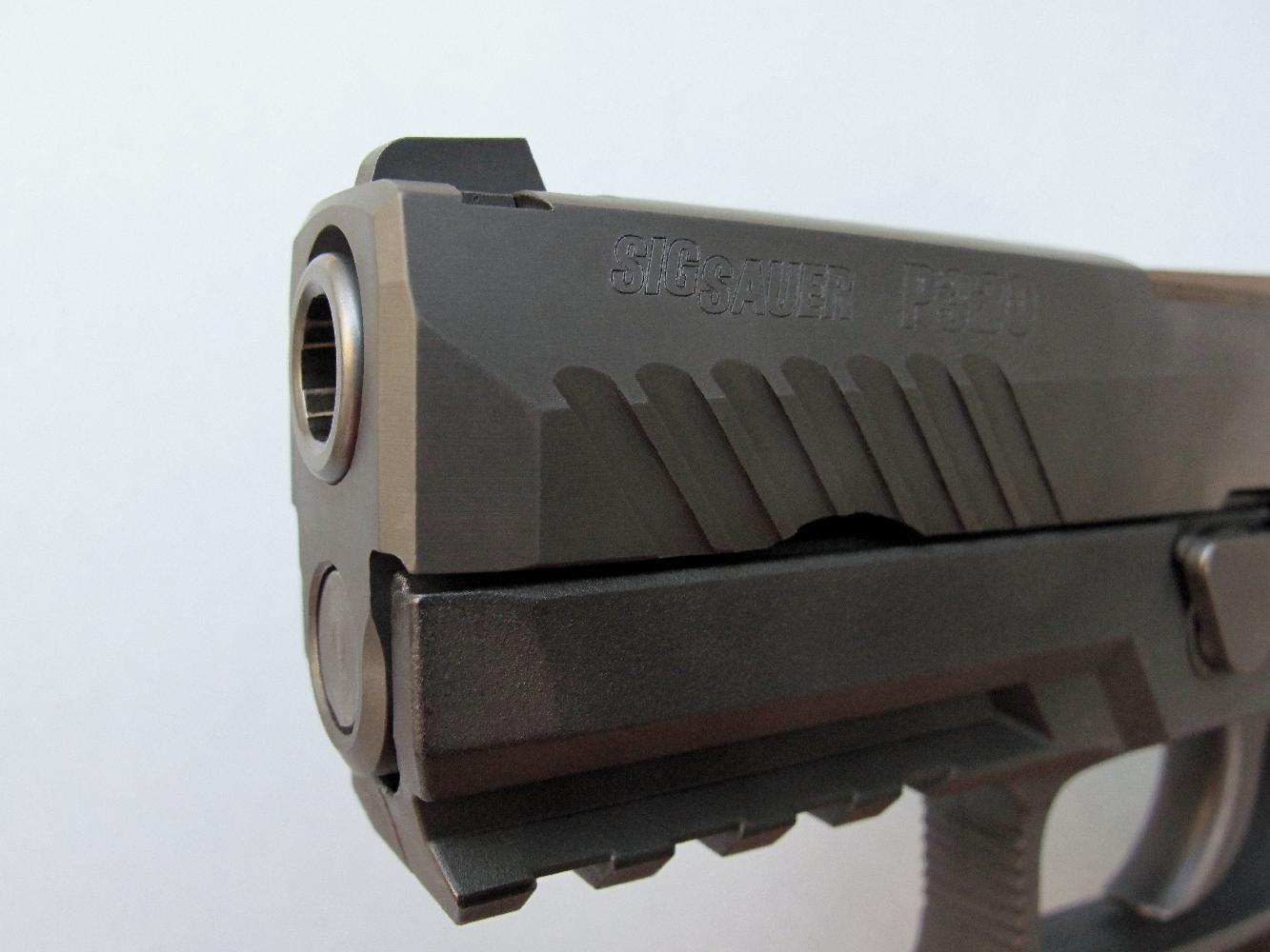 Cette vue de la bouche du canon, sur le modèle Compact, permet d'apercevoir les six rayures hélicoïdales qui permettent de stabiliser les projectiles sur leur trajectoire.
