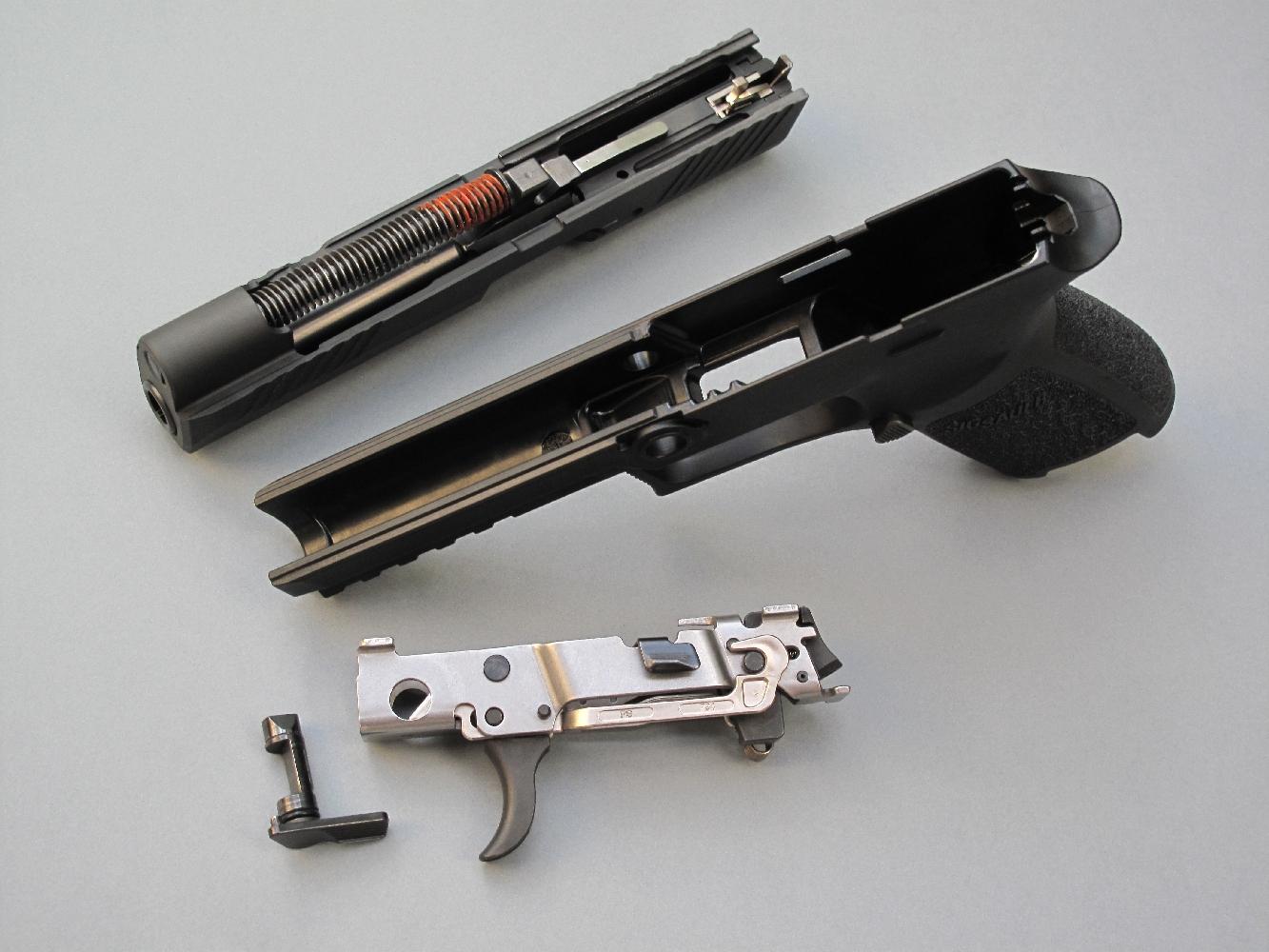 Pouvoir déposer la platine, avec qui plus est une facilité et une rapidité déconcertantes, constitue une avancée technologique majeure dans le domaine des pistolets de combat à carcasse en polymère.