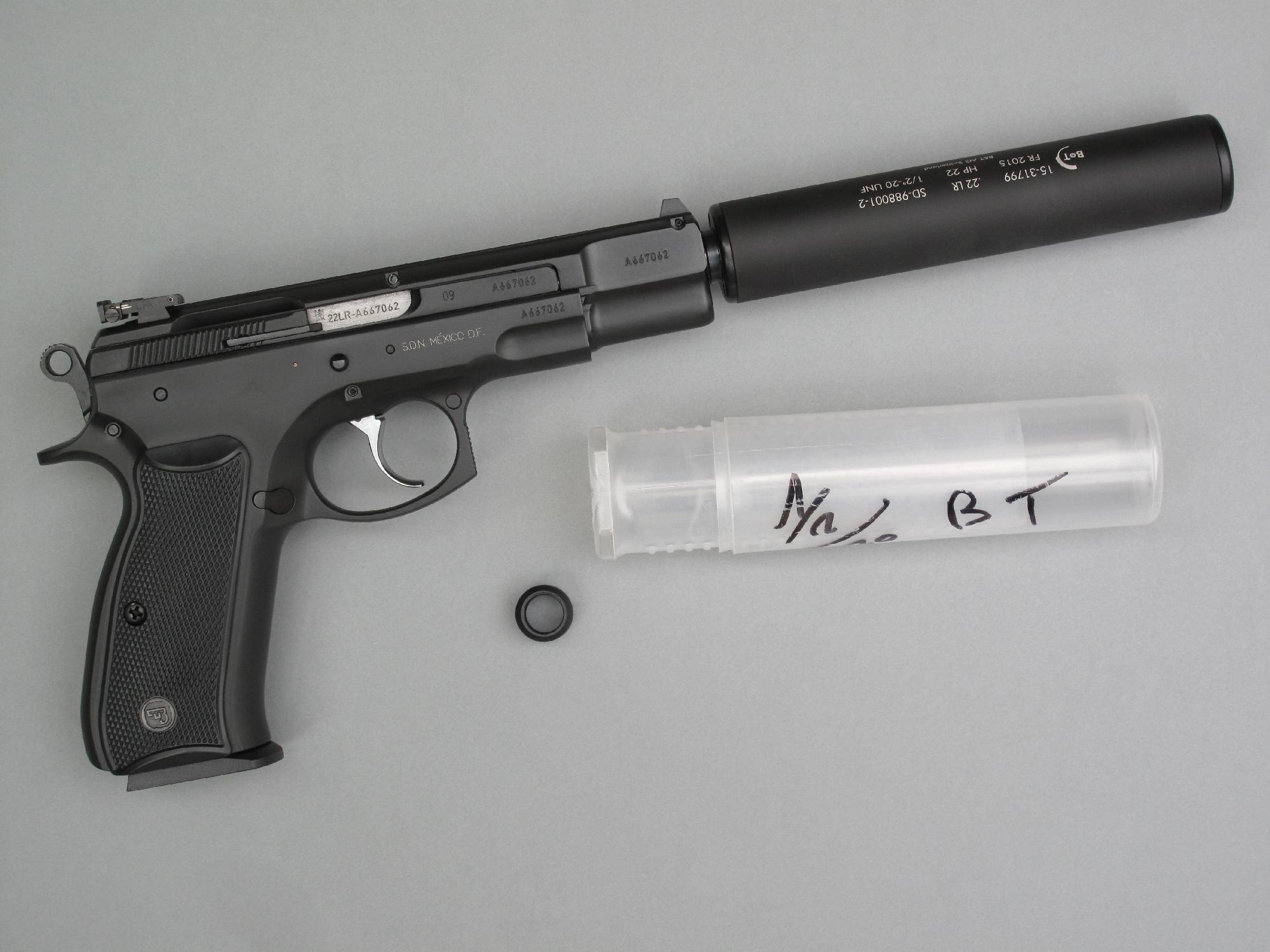 Le modérateur de son Brügger & Thomet présente l'avantage d'être léger en raison de sa fabrication en aluminium. Ainsi équipé, le pistolet CZ-75 Kadet à canon fileté pèse moins de 1200 grammes.