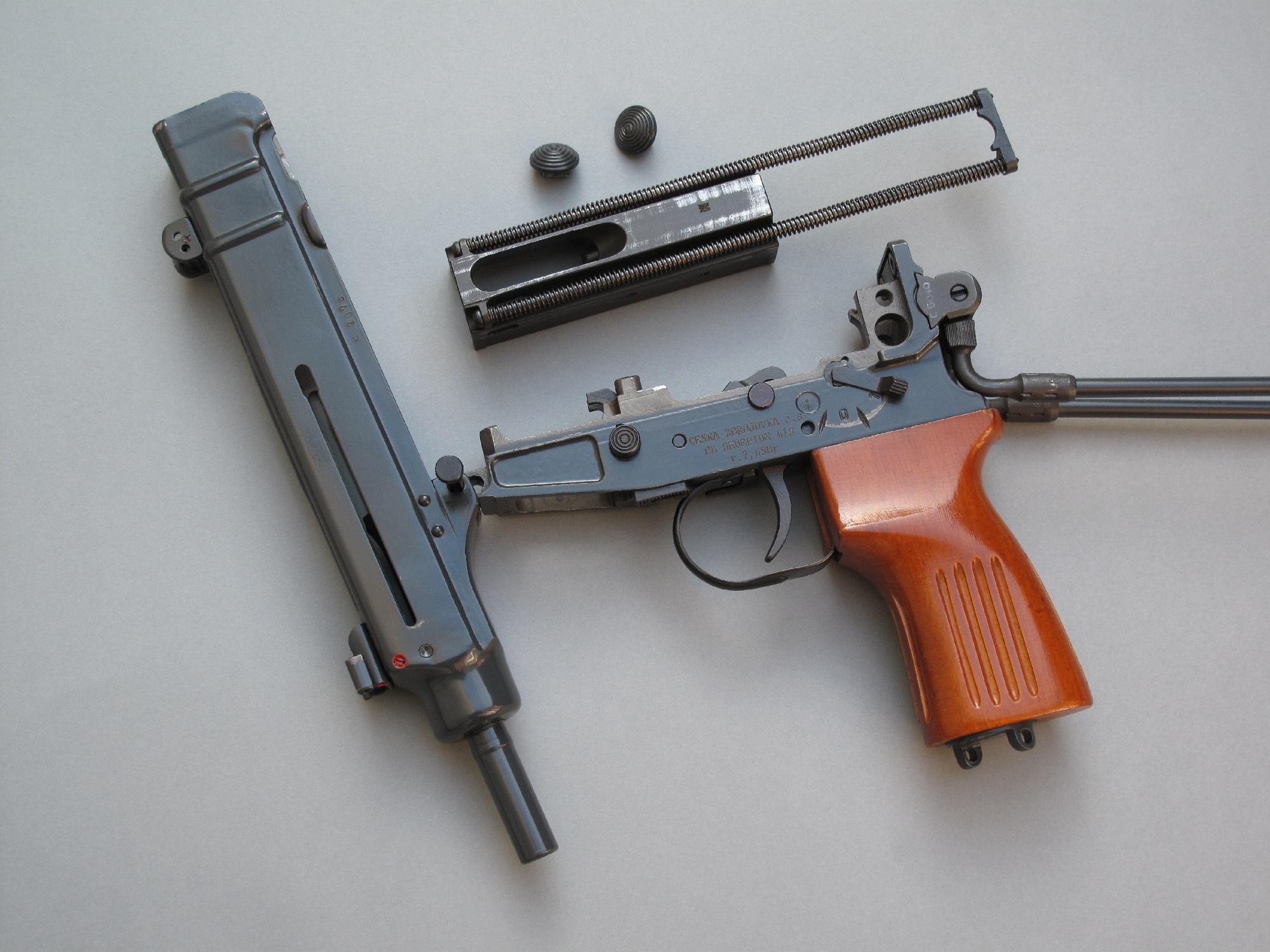 La dépose de la culasse, afin de pouvoir procéder au nettoyage de l'arme, s'effectue de façon extrêmement rapide et ne nécessite aucun outil.