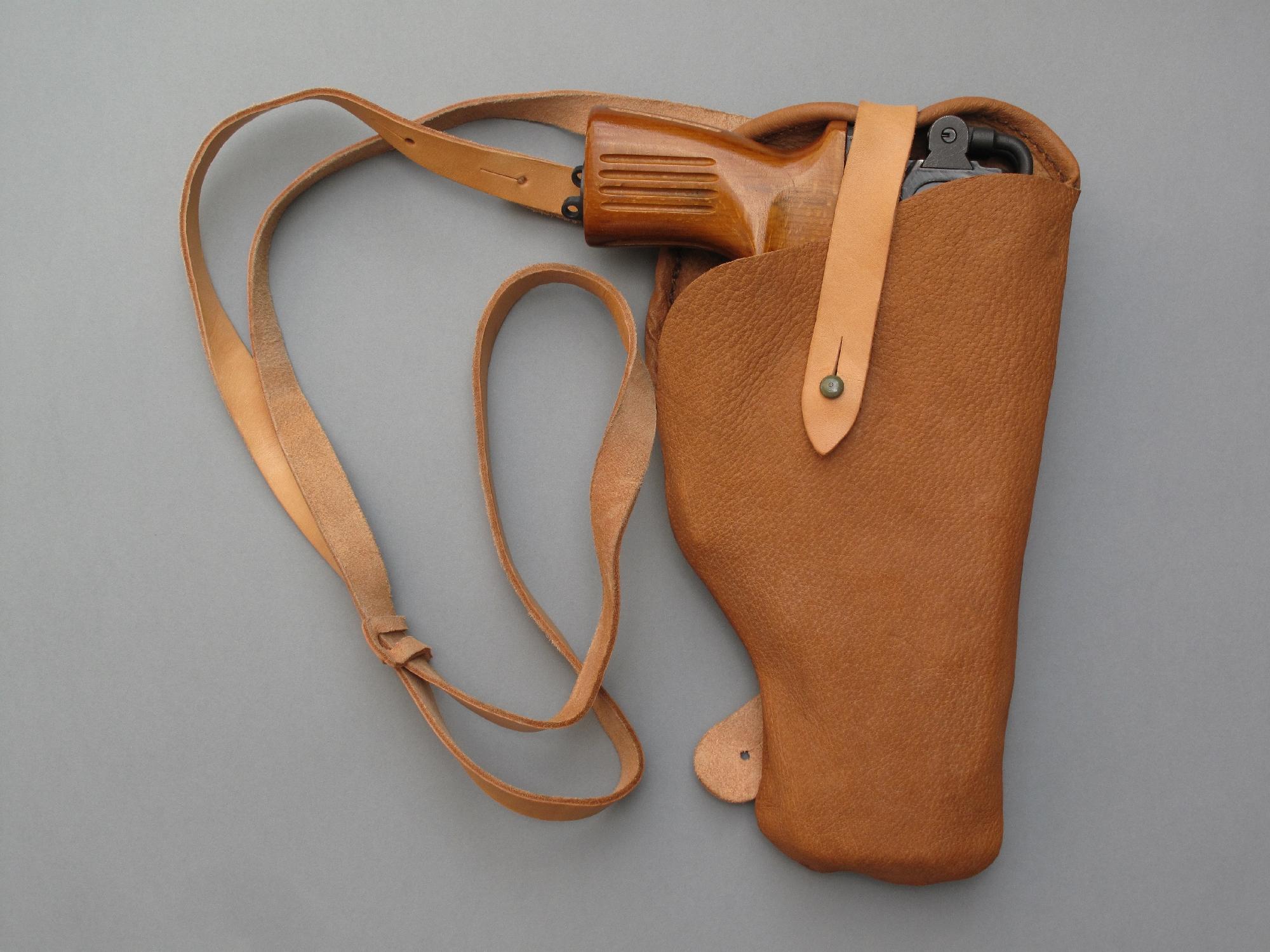 Il est aisé de se procurer, pour un prix le plus souvent dérisoire, des accessoires à l'état neuf provenant des surplus de l'armée tchèque, à l'image de ce holster d'épaule en cuir qui est daté de 1981.