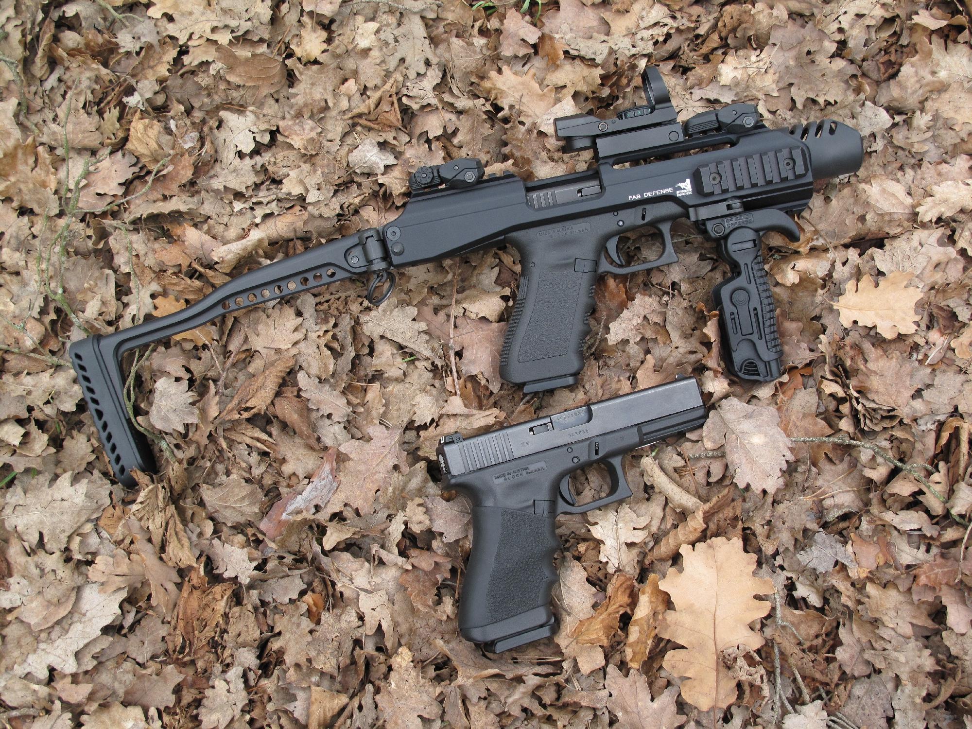 Comparaison entre deux Glock 17 Gen3, dont l'un est équipé de l'ensemble tactique KPOS de FAB Defense.