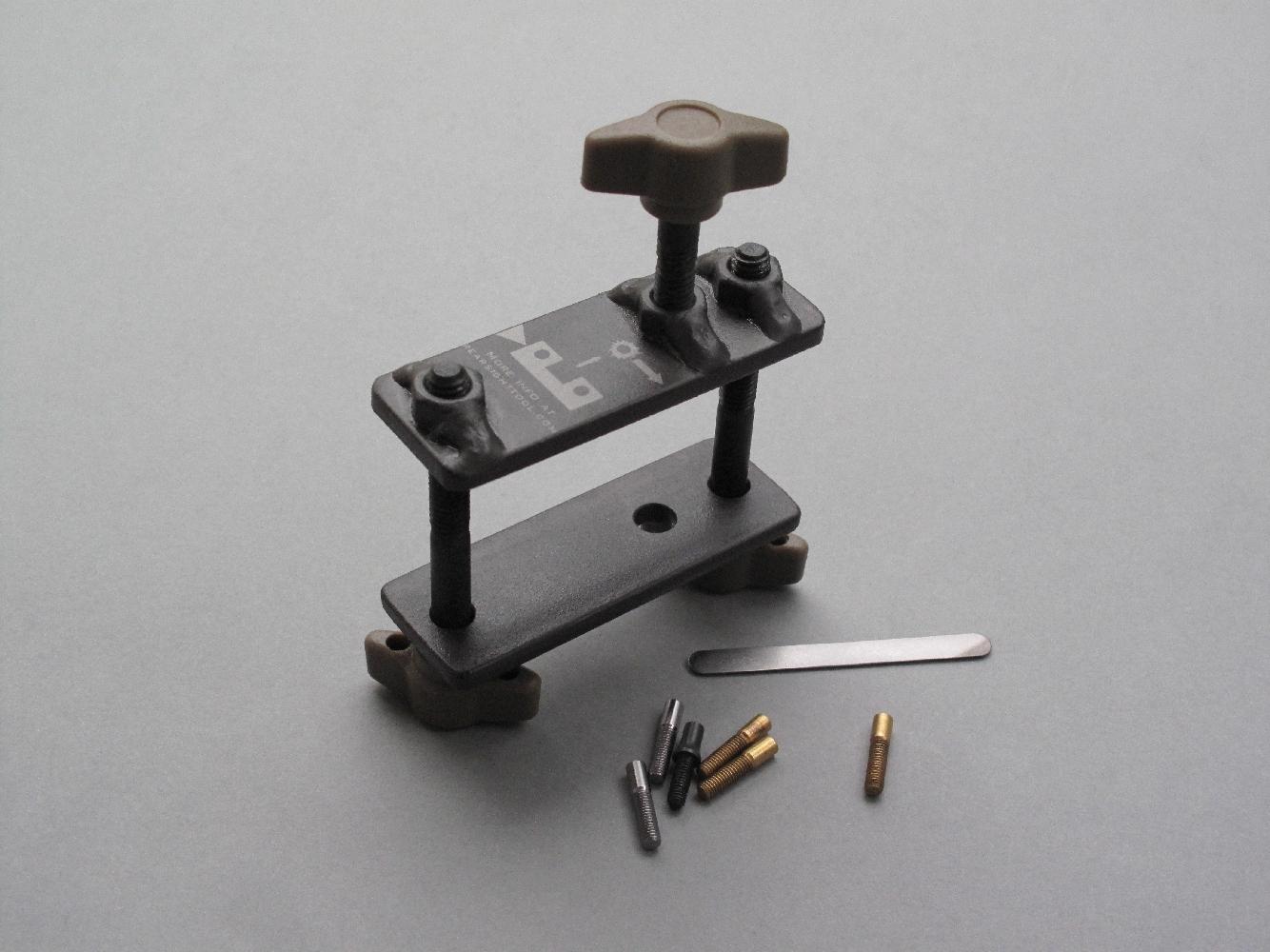 L'outil RST est livré avec 6 poussoirs interchangeables (4 en laiton, 2 en fer, 1 en acier) et une réglette en acier permettant de mieux répartir l'effort sur le pied de hausse.
