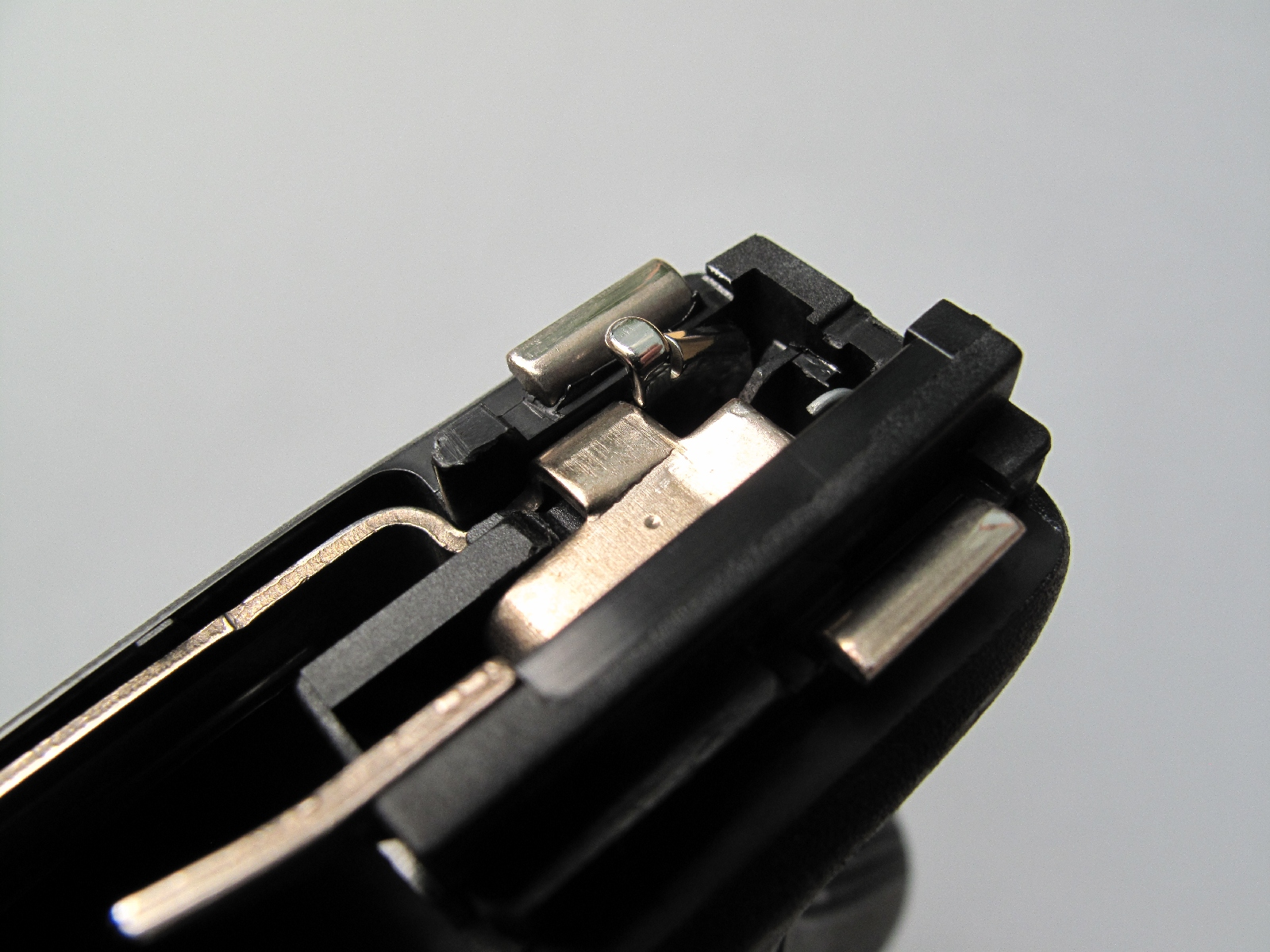 On peut apercevoir ici l'extrémité du connecteur Ghost Edge qui a été installé sur le mécanisme de détente de notre Glock 17.