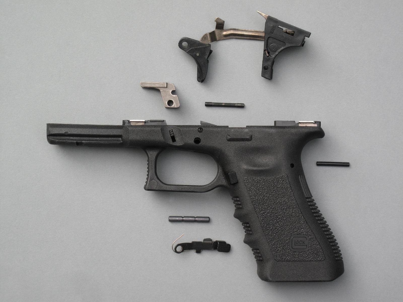 Il suffit, pour déposer le mécanisme de détente du Glock, de chasser trois goupilles transversales (deux goupilles sur les modèles Gen1 et Gen2). Cette opération s'effectue à l'aide d'un chasse-goupille, mais sans avoir besoin de le frapper avec un maillet !