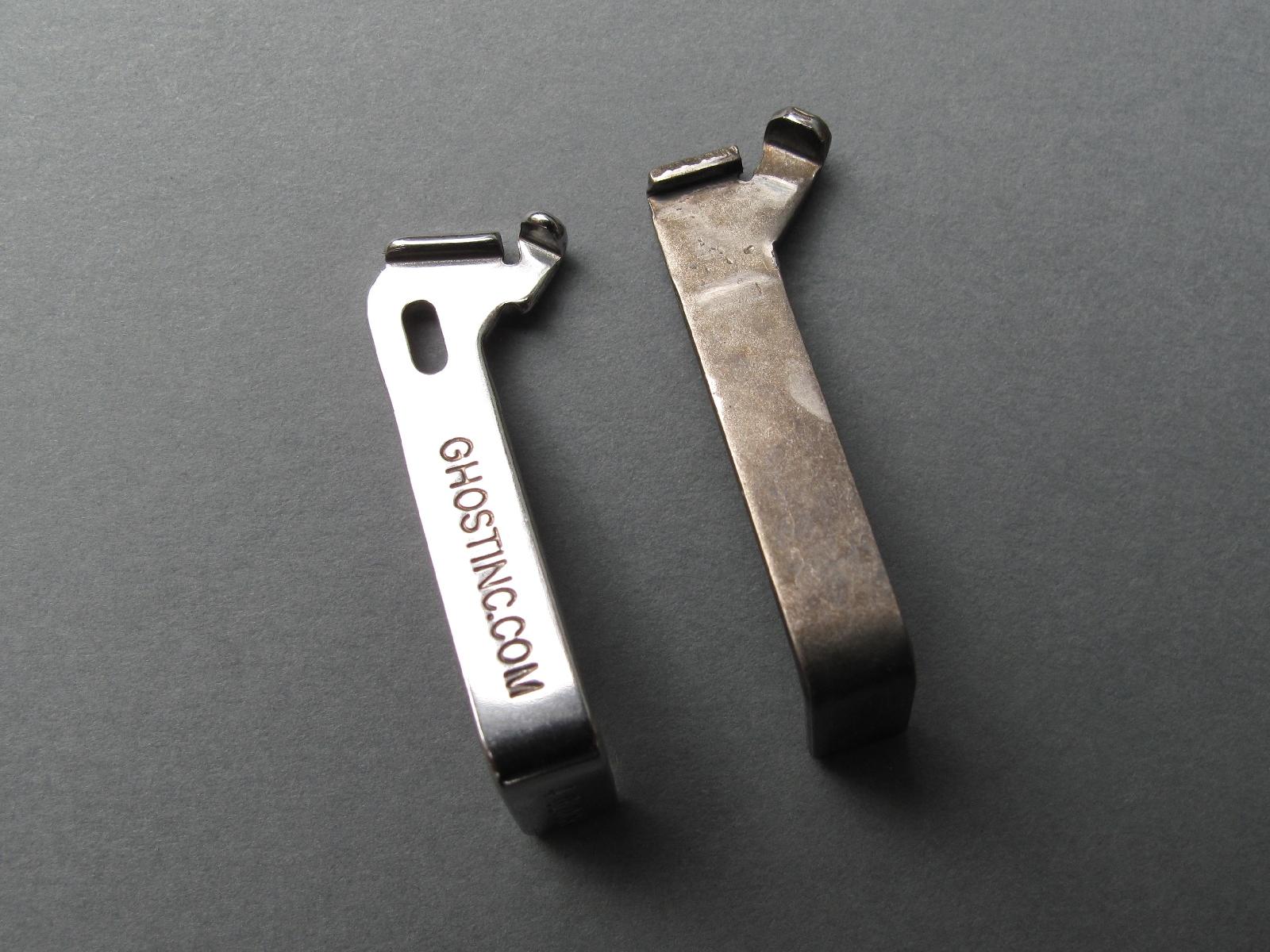 Comparaison entre le connecteur Ghost (à gauche) et le connecteur d'origine de notre Glock 17 Gen3.