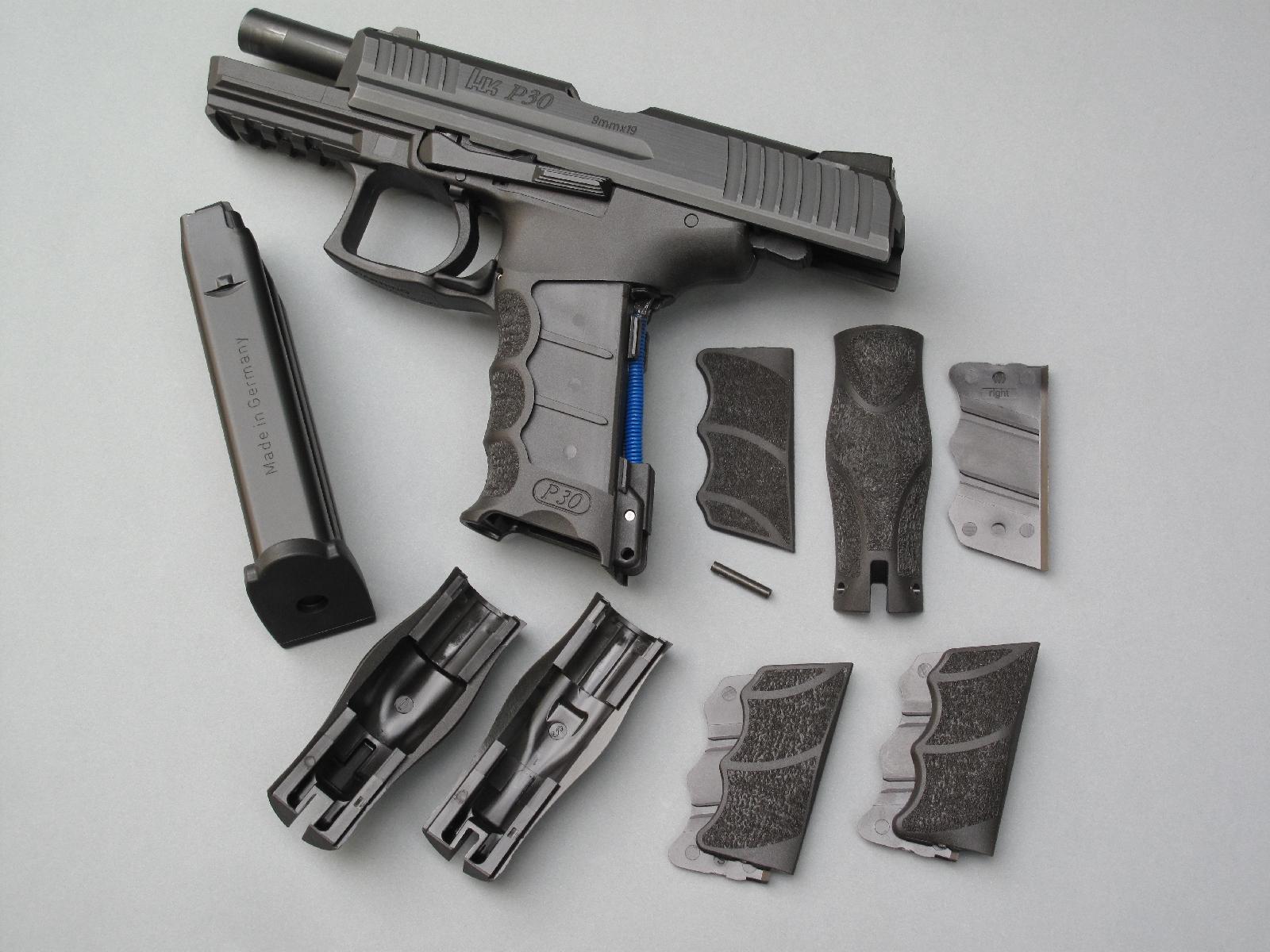 Le modèle P30 est livré avec trois tailles de dos et de plaquettes interchangeables, correspondant aux tailles Small, Medium et Large, qui peuvent être combinées pour mieux personnaliser la prise en main.