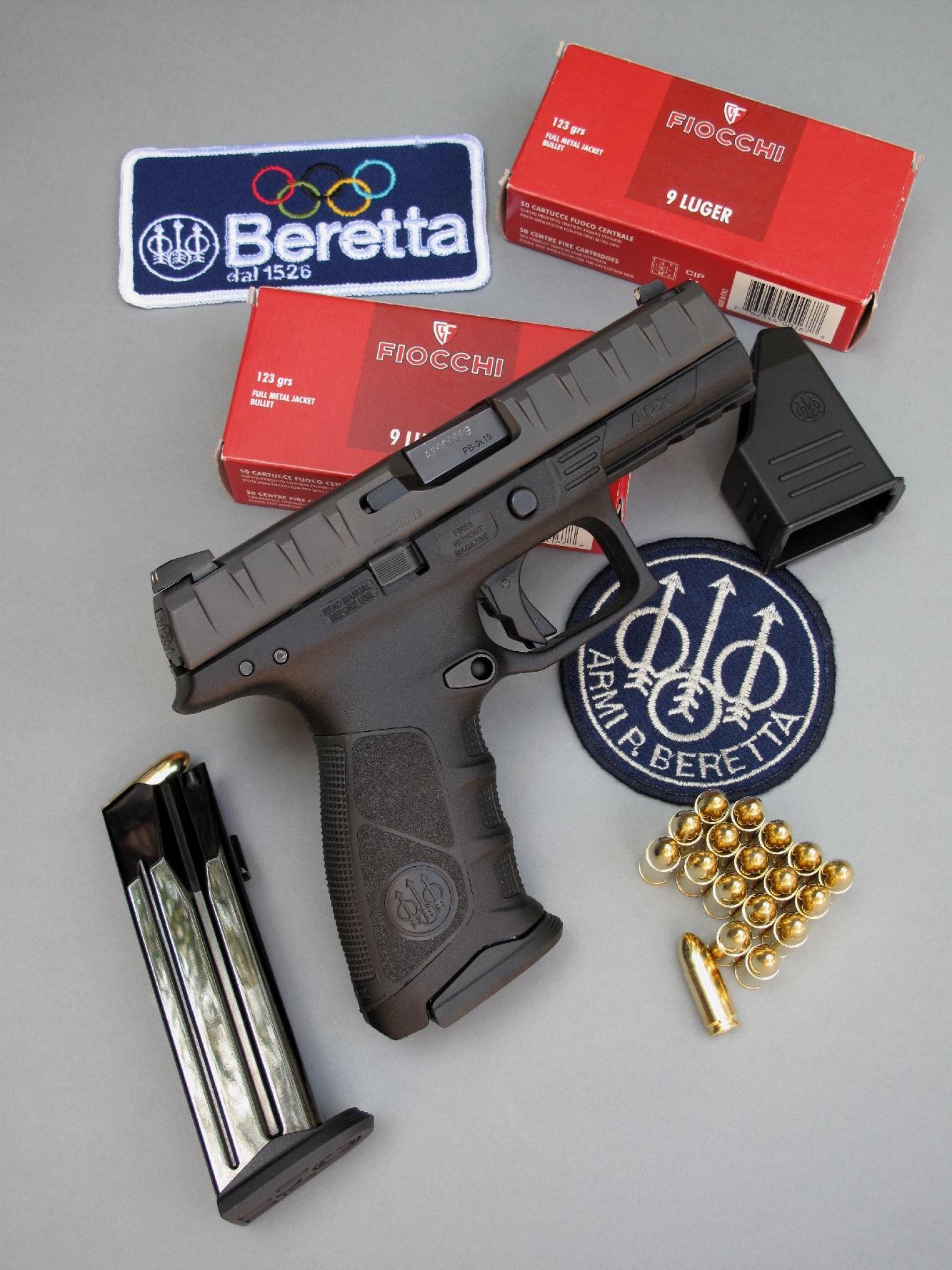 Le pistolet Beretta APX est accompagné par son chargeur de secours, son outil d'aide au remplissage et deux boîtes de 50 cartouches Fiocchi à balle 123 grains FMJ, de la gamme « Classic Line » de ce fabricant italien.