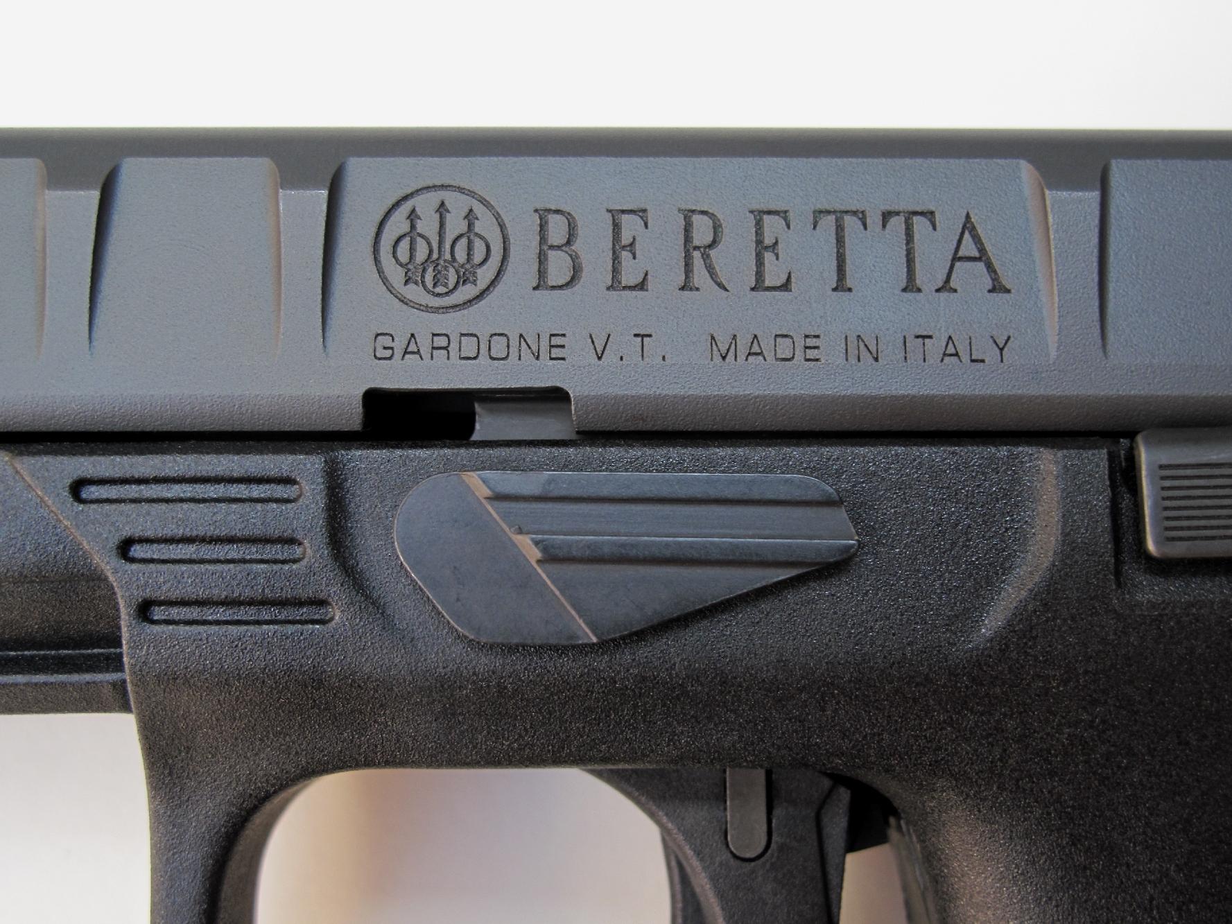 Le nom et le logo du fabricant italien sont gravés sur le côté gauche de la glissière, juste au-dessus du levier de démontage.