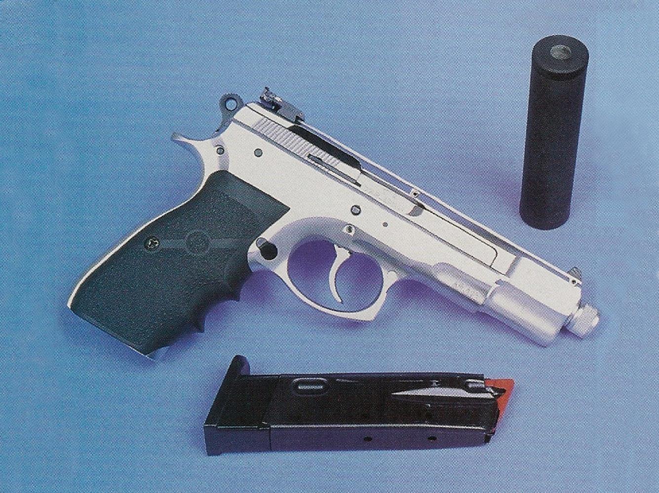 La conversion « Kadet » munie du silencieux permet de s'entraîner sans frais et sans bruit tout en conservant le poids et la prise en main du CZ-75.