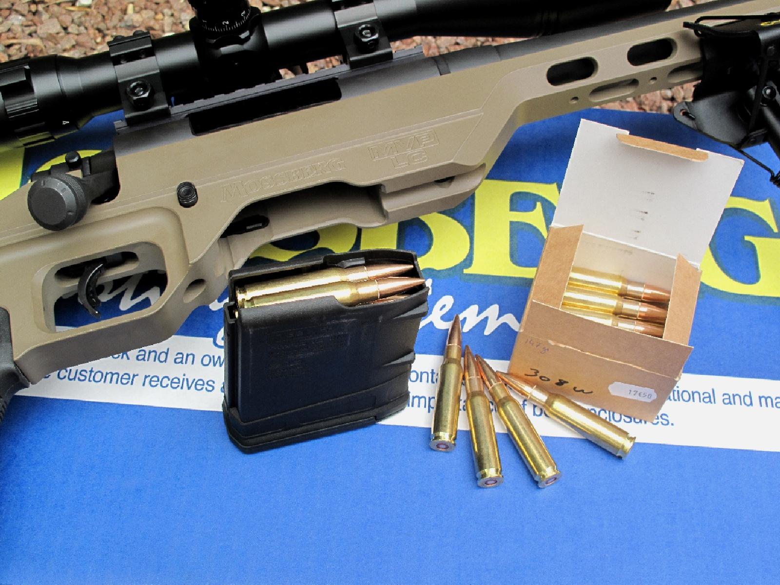Très bien conçu, facile à approvisionner, à introduire et à démonter, son chargeur en polymère peut accueillir dix cartouches de calibre .308 Winchester (7,62 mm OTAN).