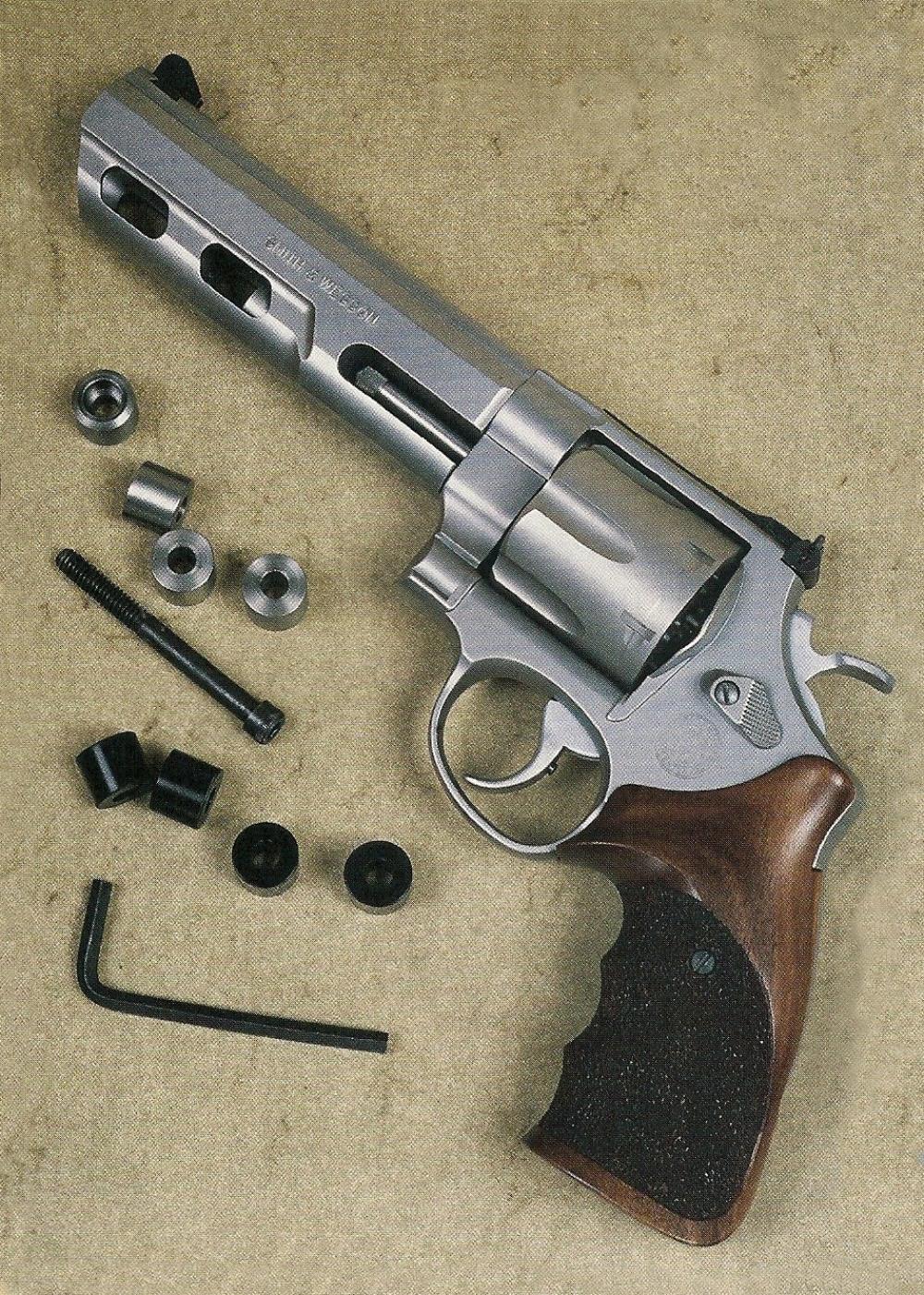 L'équilibre de l'arme peut être réglé avec précision en faisant varier le nombre et l'emplacement des 4 contrepoids, grâce à des éléments intercalaires en matière plastique.