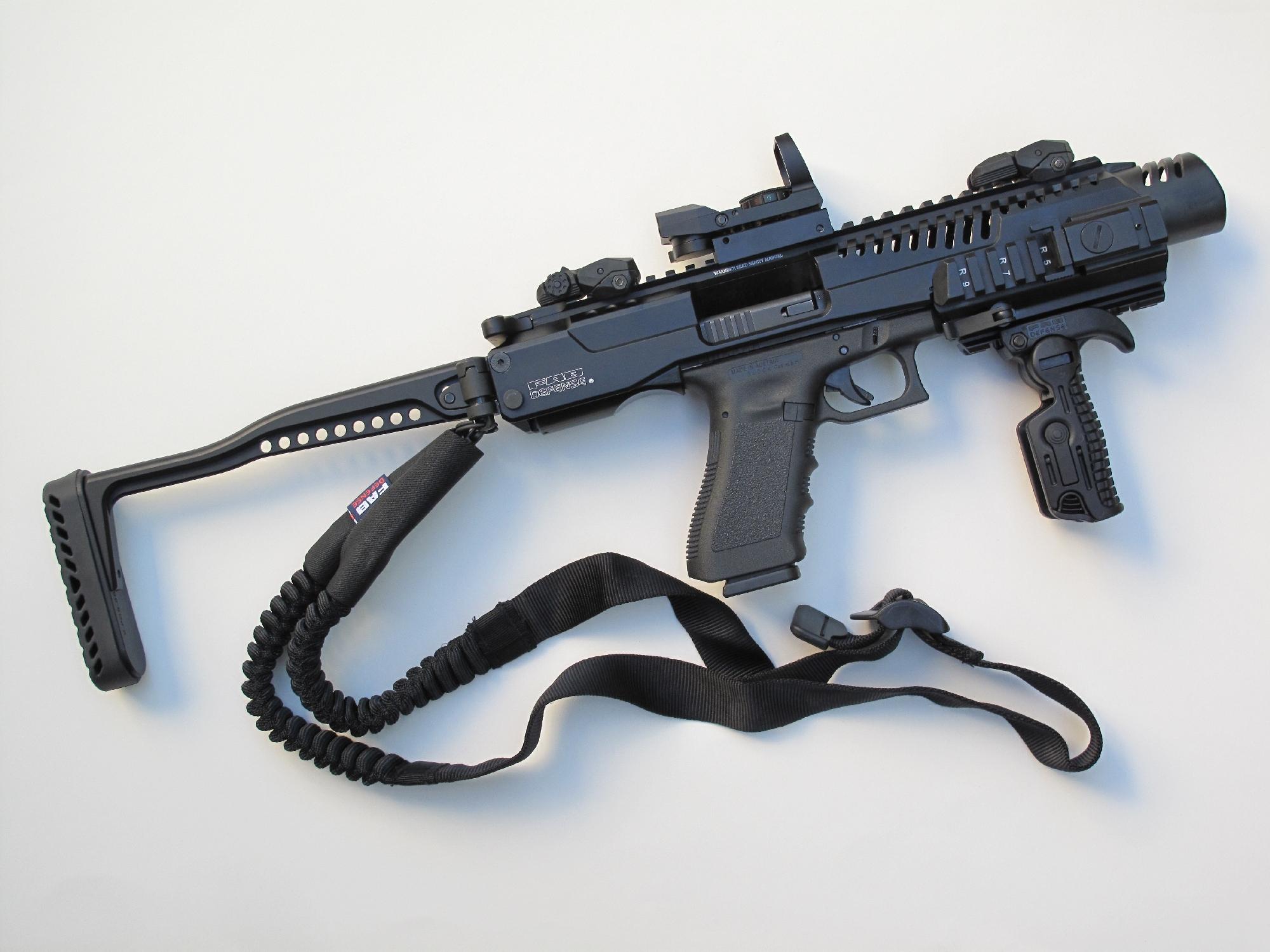 Vue du pistolet Glock 17 équipé du KPOS-G2 en position dépliée. Nous avons équipé cet ensemble d'un viseur reflex et d'un désignateur laser (fixé sur le rail latéral droit). On notera la parfaite concordance (absolute co-witness) entre les éléments de visée mécaniques et le viseur holographique, la ligne de visée passant par le point lumineux.