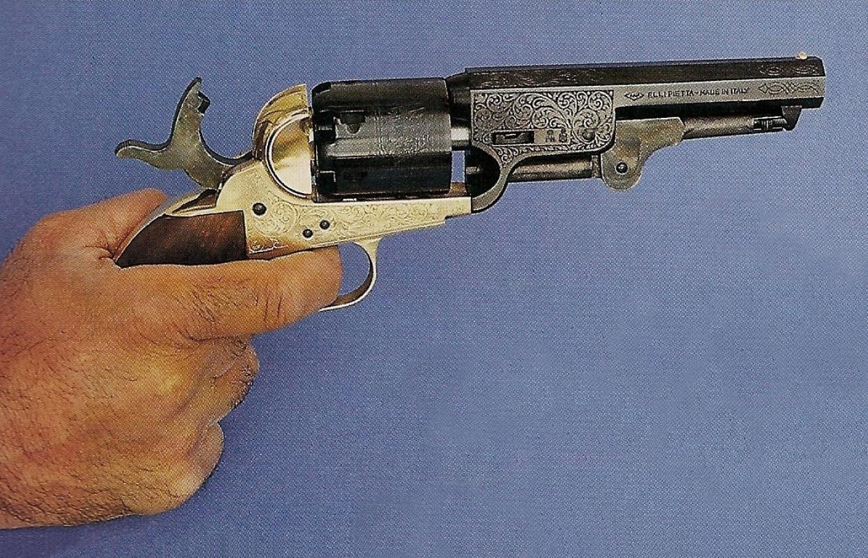 Les modèles Sheriff se démarquent du Colt 1851 par leur canon raccourci à la longueur de 5 pouces ; outre un aspect plus moderne et plus original, ce canon raccourci leur apporte une meilleure maniabilité.