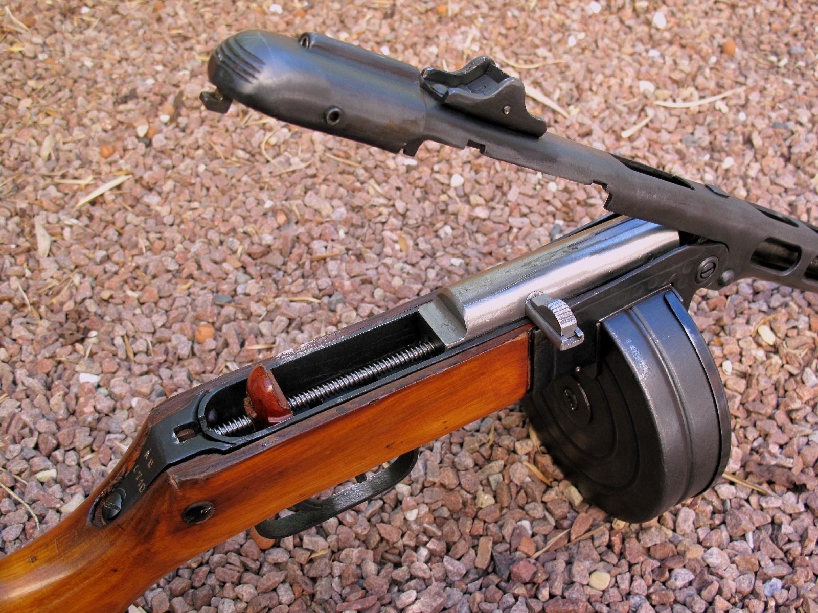 Une fois le canon basculé vers l'avant, la culasse et son système récupérateur peuvent être aisément extraits. On notera la présence d'un amortisseur de recul, constitué de bois aggloméré et de résine, qui reste rattaché au système récupérateur.