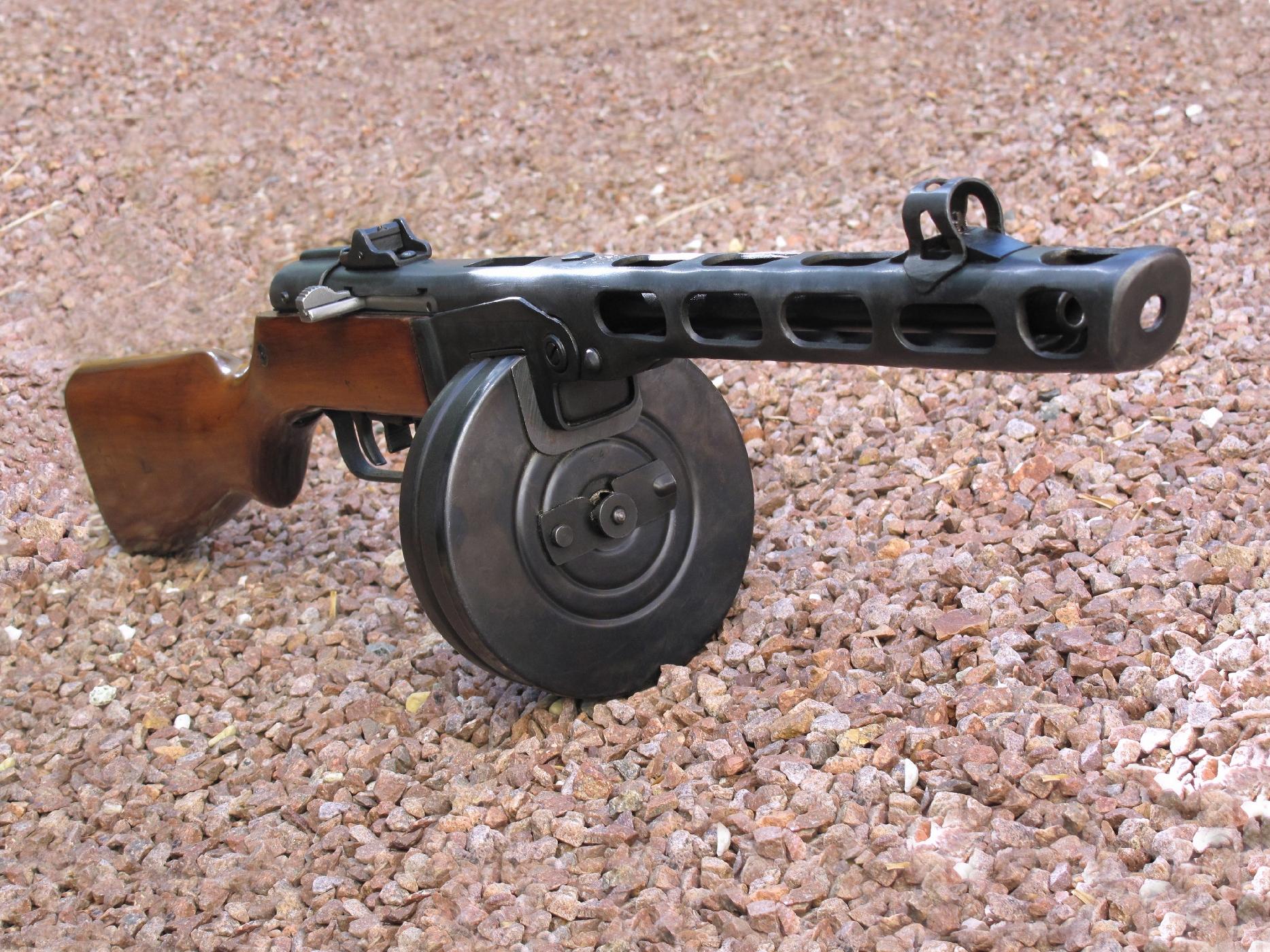 Précurseur du fusil d'assaut AK-47, le pistolet-mitrailleur PPSh-41 est une arme robuste et rustique, immédiatement reconnaissable à son manchon de canon ajouré et, bien entendu, à son spectaculaire chargeur à grande capacité.