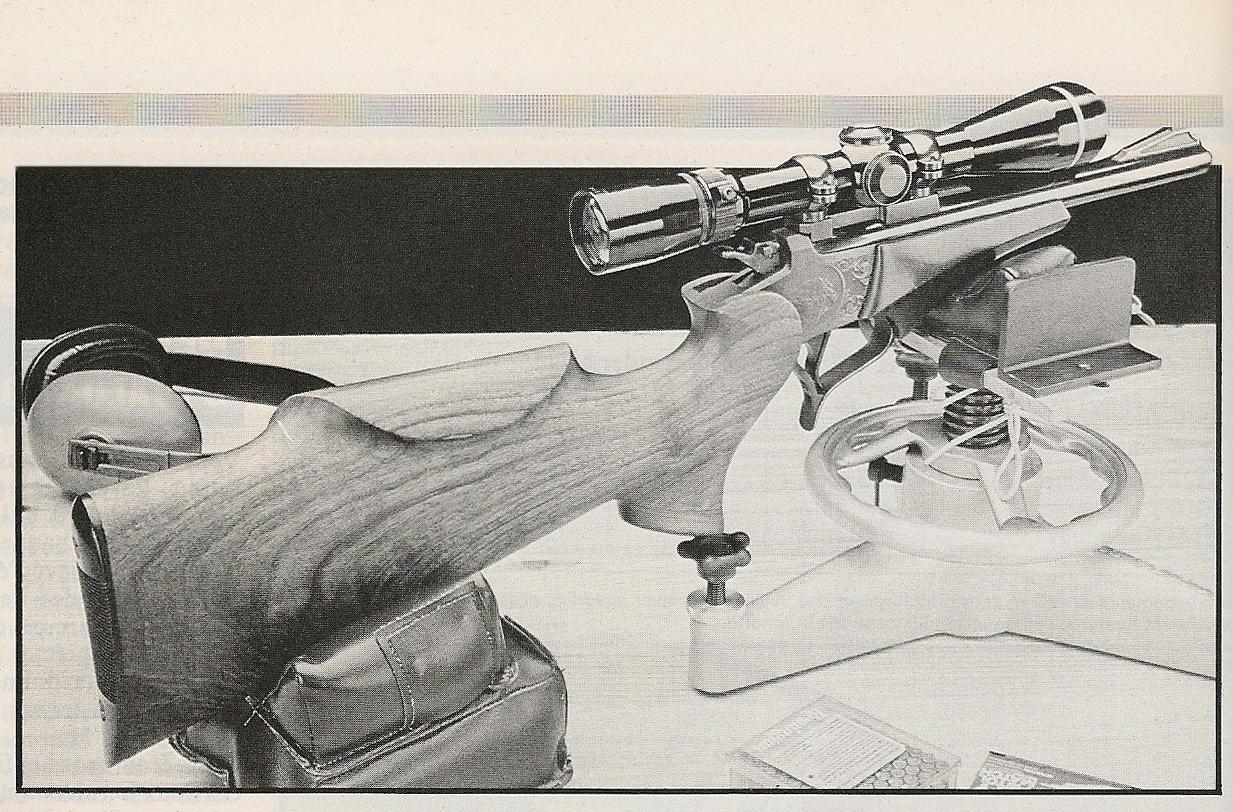 Afin de minimiser le facteur humain, nous avons équipé notre pistolet T/C Contender à canon Bull Barrel de 10 pouces d'une crosse d'épaule, d'une lunette Leupold à grossissement 8 fois et nous avons effectué les tirs en plaçant l'arme sur un support de Bench Rest.