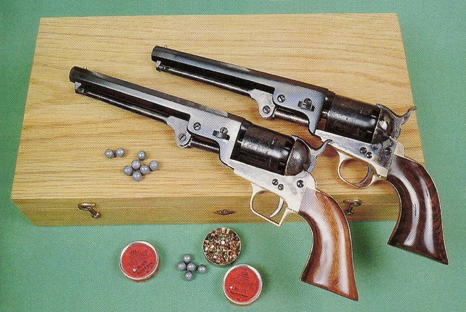 Comparaison entre deux répliques Uberti de Colt 1851 Navy, qui correspondent aux variantes d'époque sur lesquelles diffère le dessin du pontet.