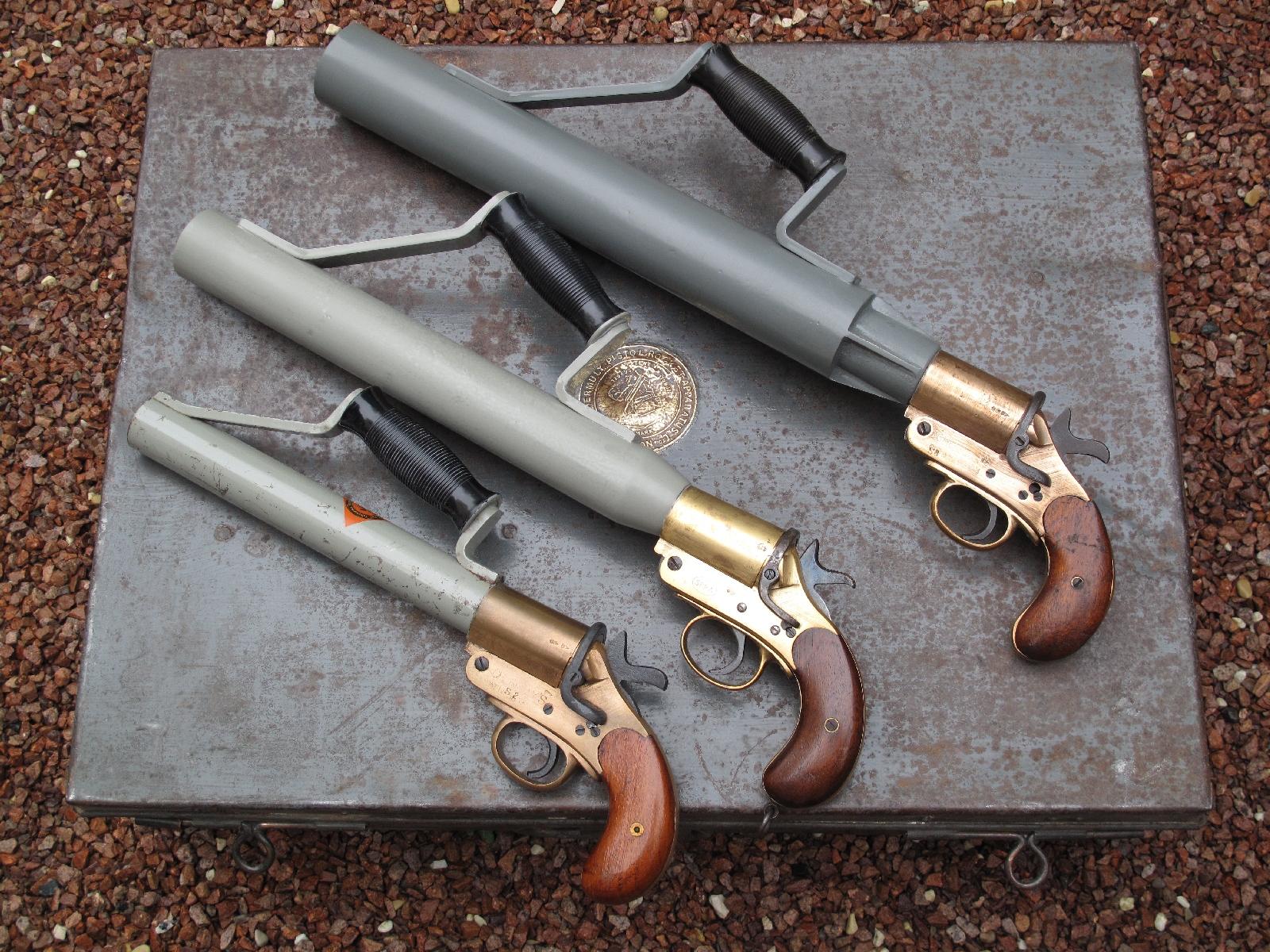 Il existe une très grande variété de pistolets lance-amarres Schermuly, qui diffèrent notamment par la taille de leur tube, lequel peut être de 32, 42 ou 52 mm de diamètre intérieur.